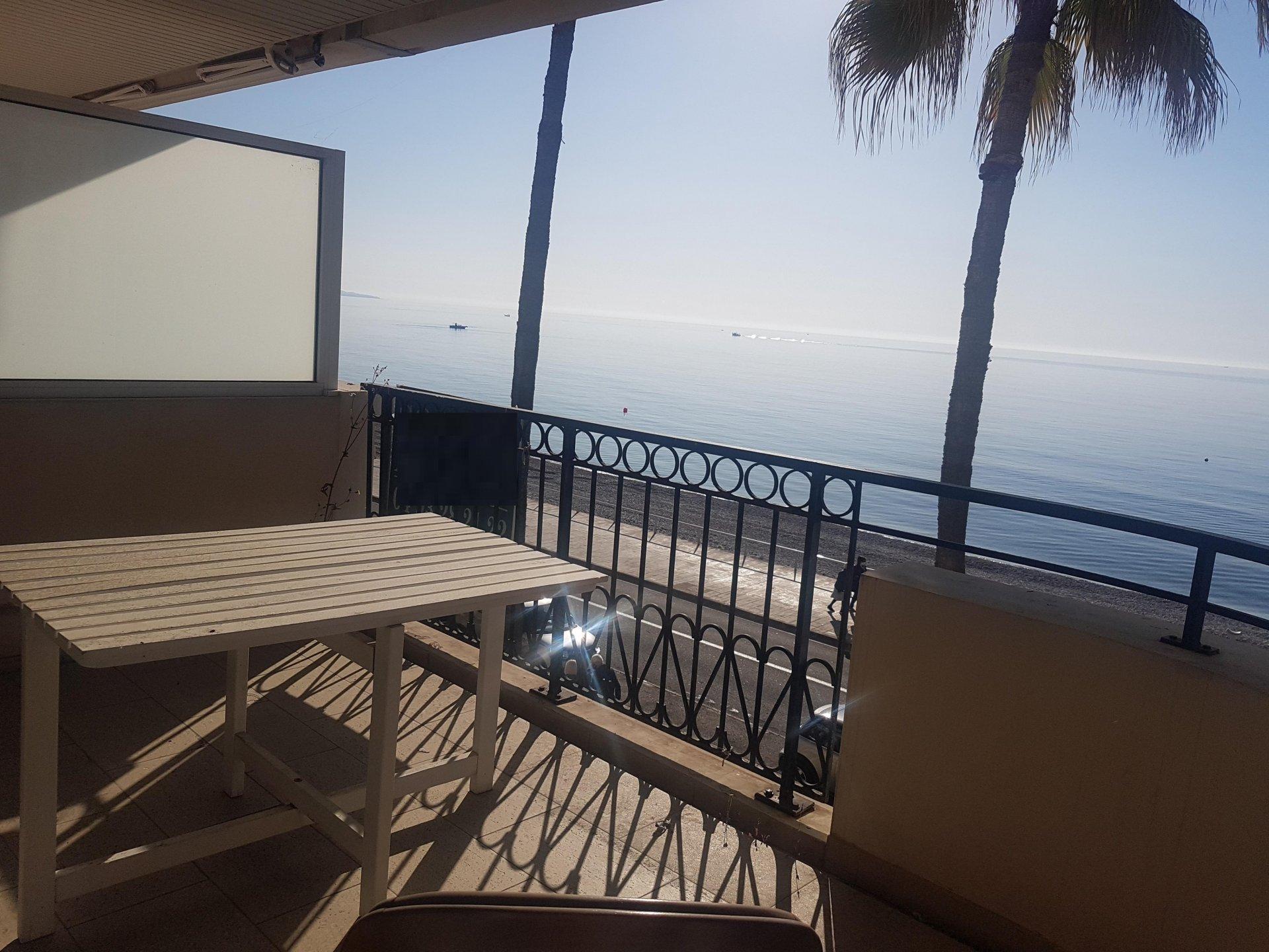 Menton, appartement front de mer.