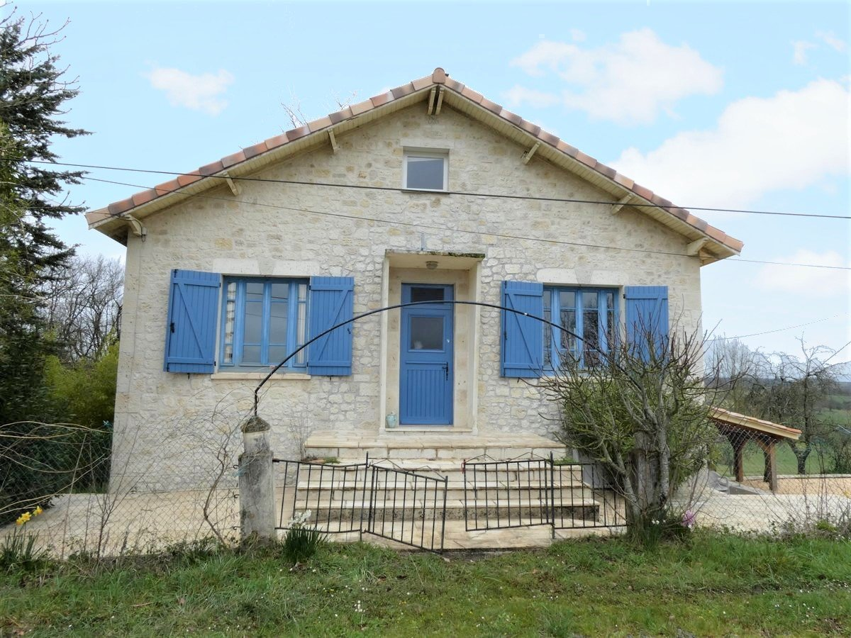 Nice views of this beautiful 1950s house surrounded by its 10979 m2 garden.