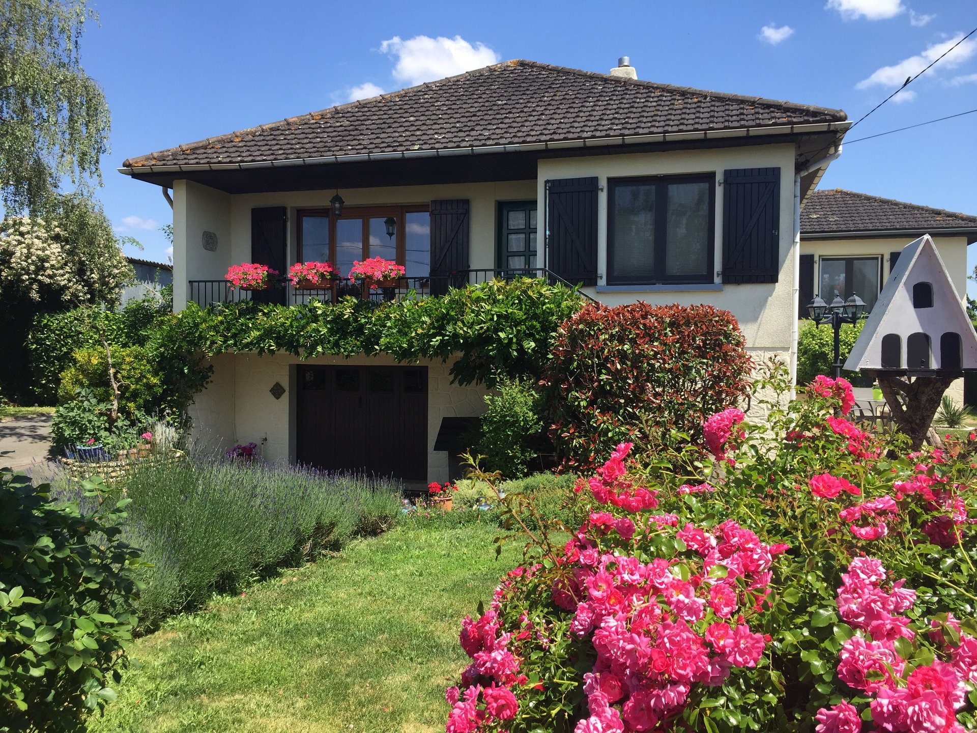 Superb family home close to lots of amenities and a small beach and restaurant !