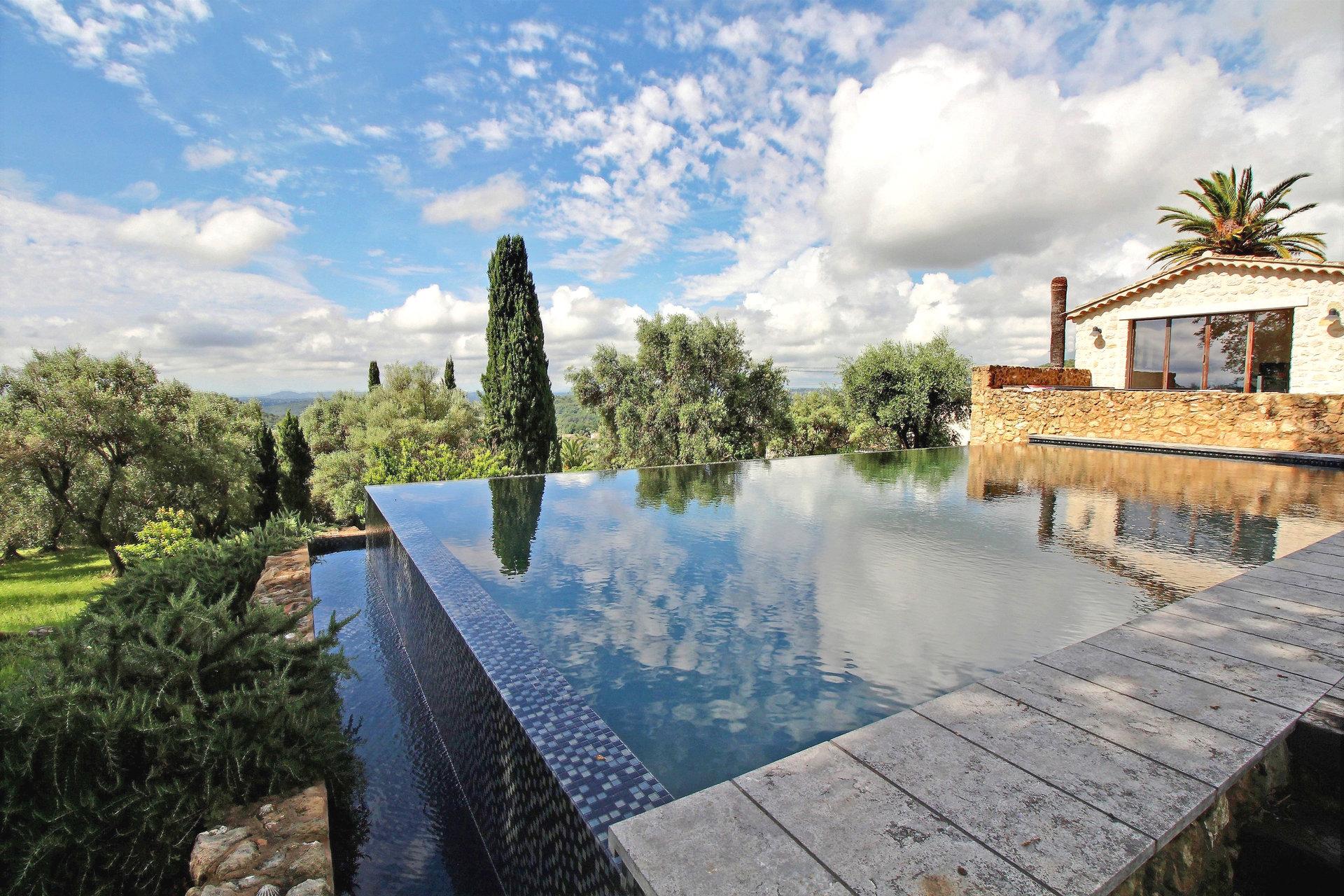 Exceptionnelle villa contemporaine en pierres vue mer à pied du village