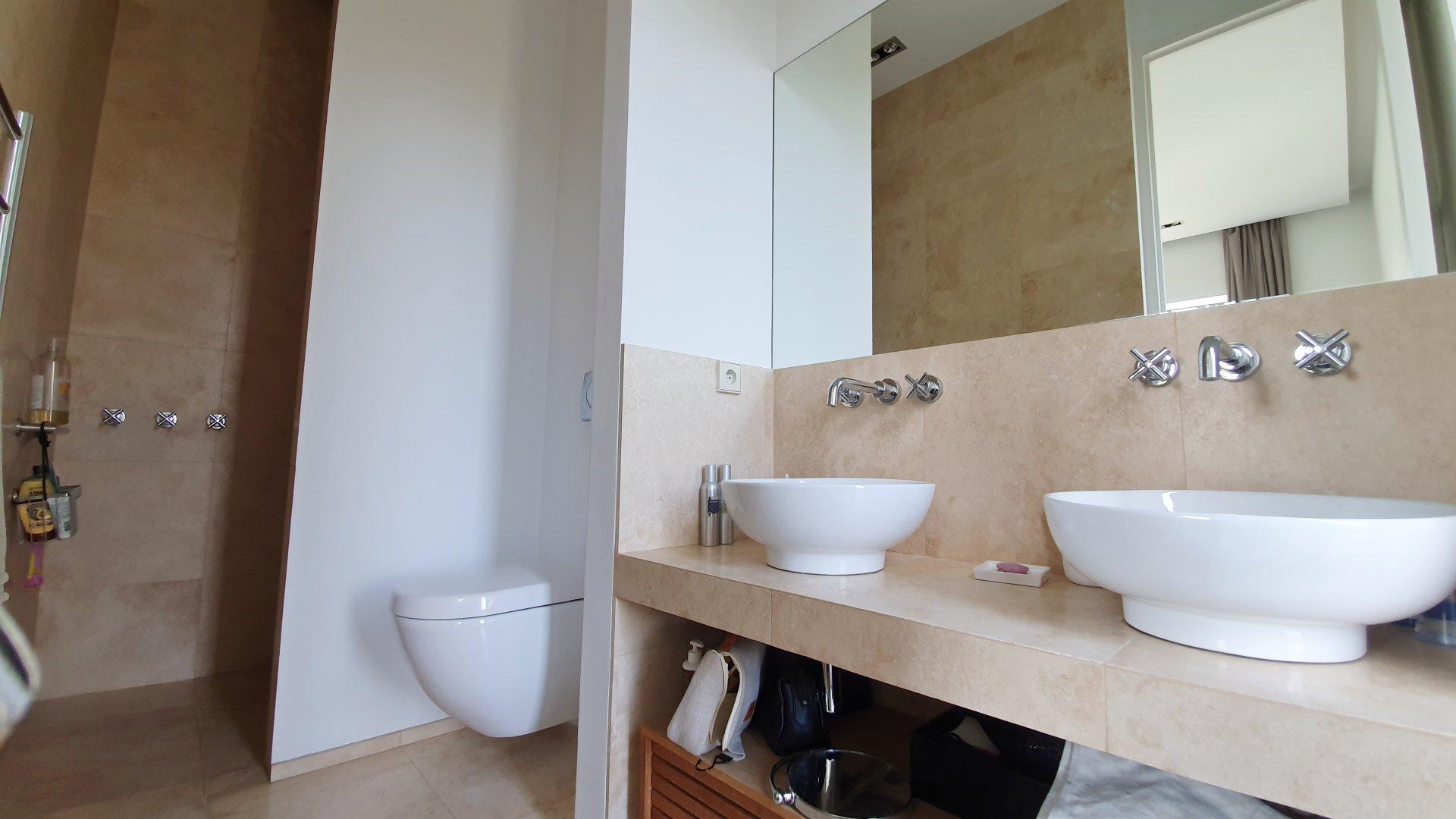 Fayence: villa de plain pied, moderne et en pierre