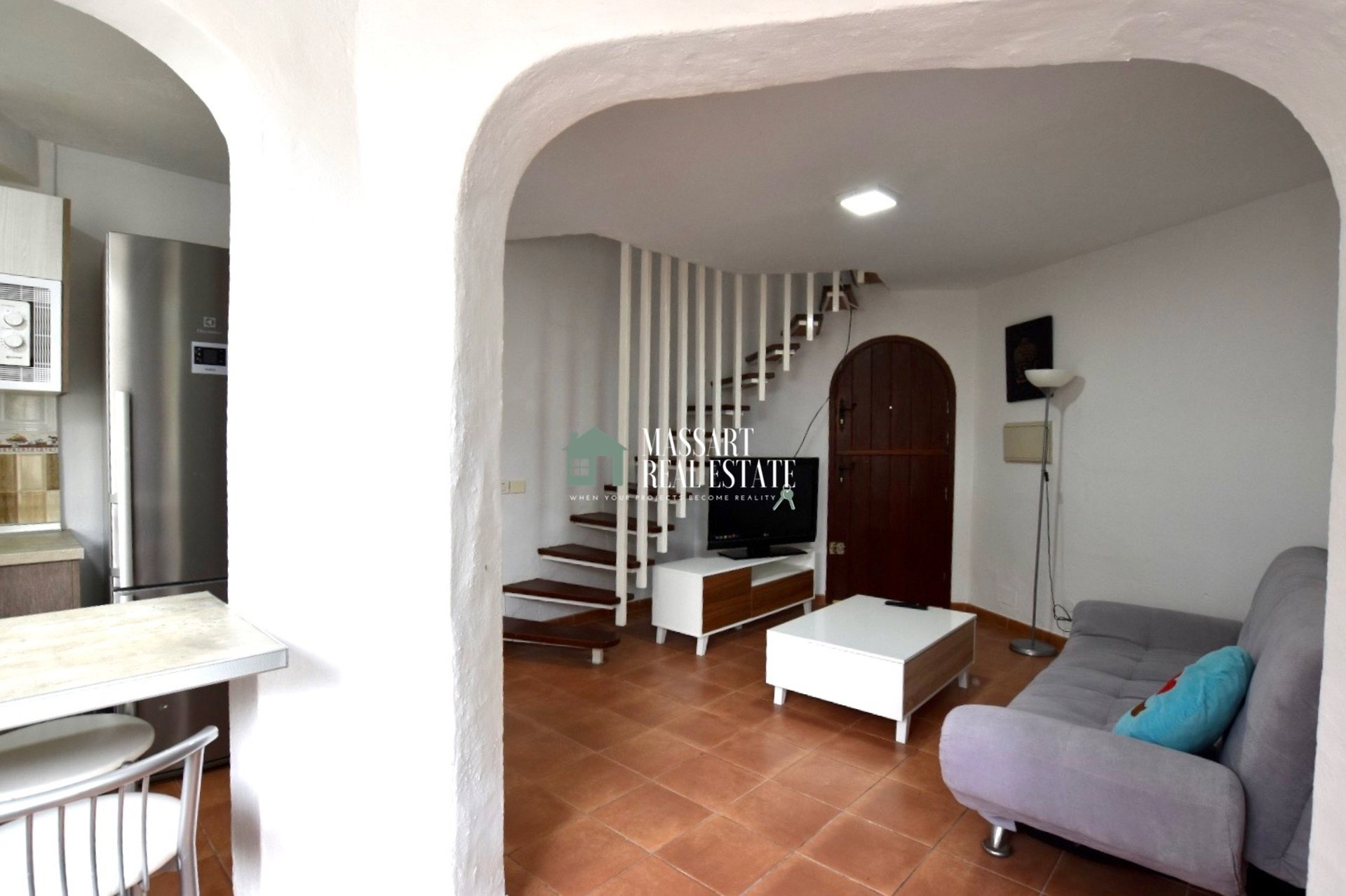 For sale in Playa de las Américas, in the Las Tortugas residential complex, a 65 m2 triplex recently renovated and fully furnished.