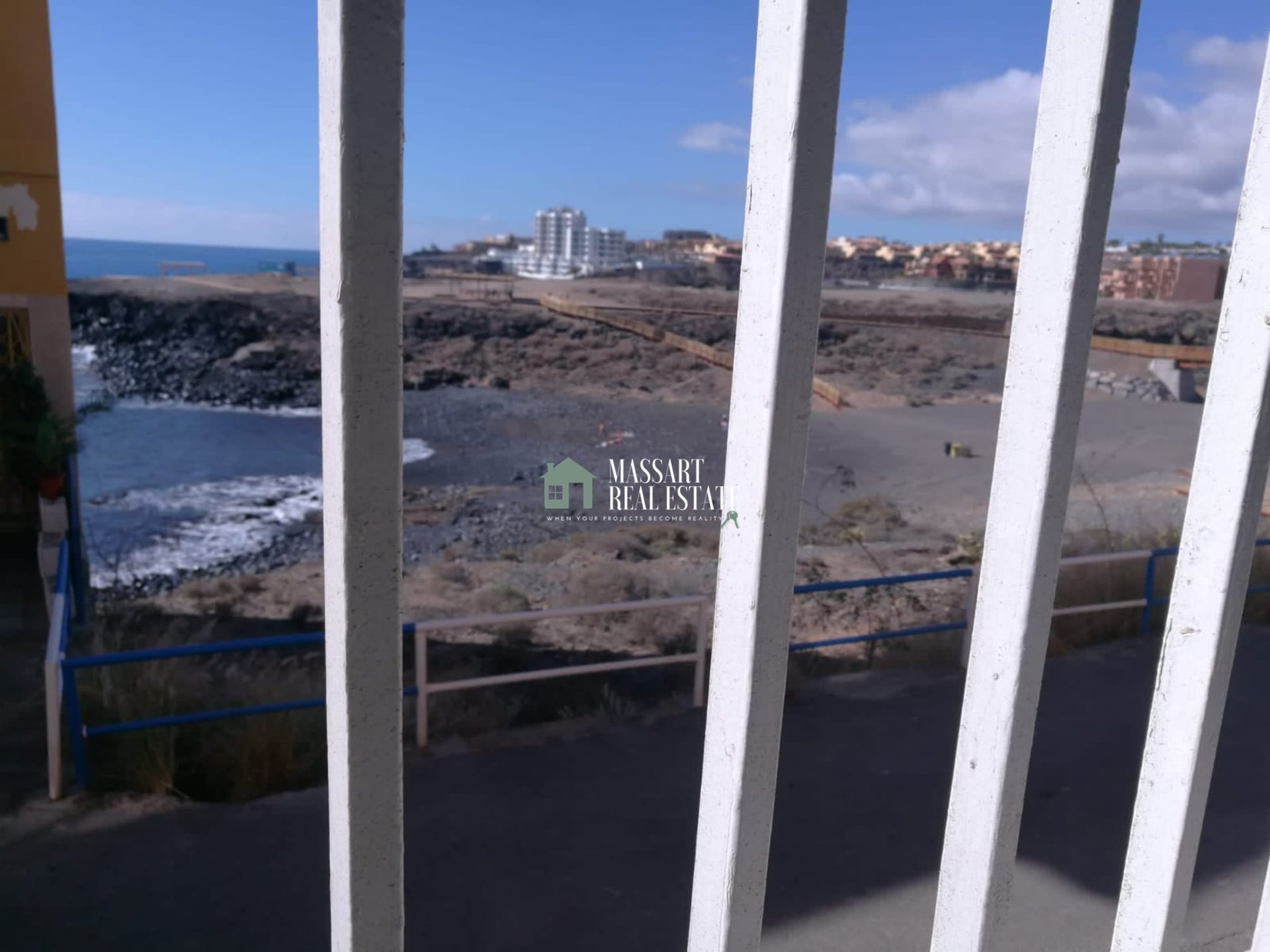 For sale in Los Abrigos, functional 68 m2 apartment located on a ground floor with spectacular sea views.