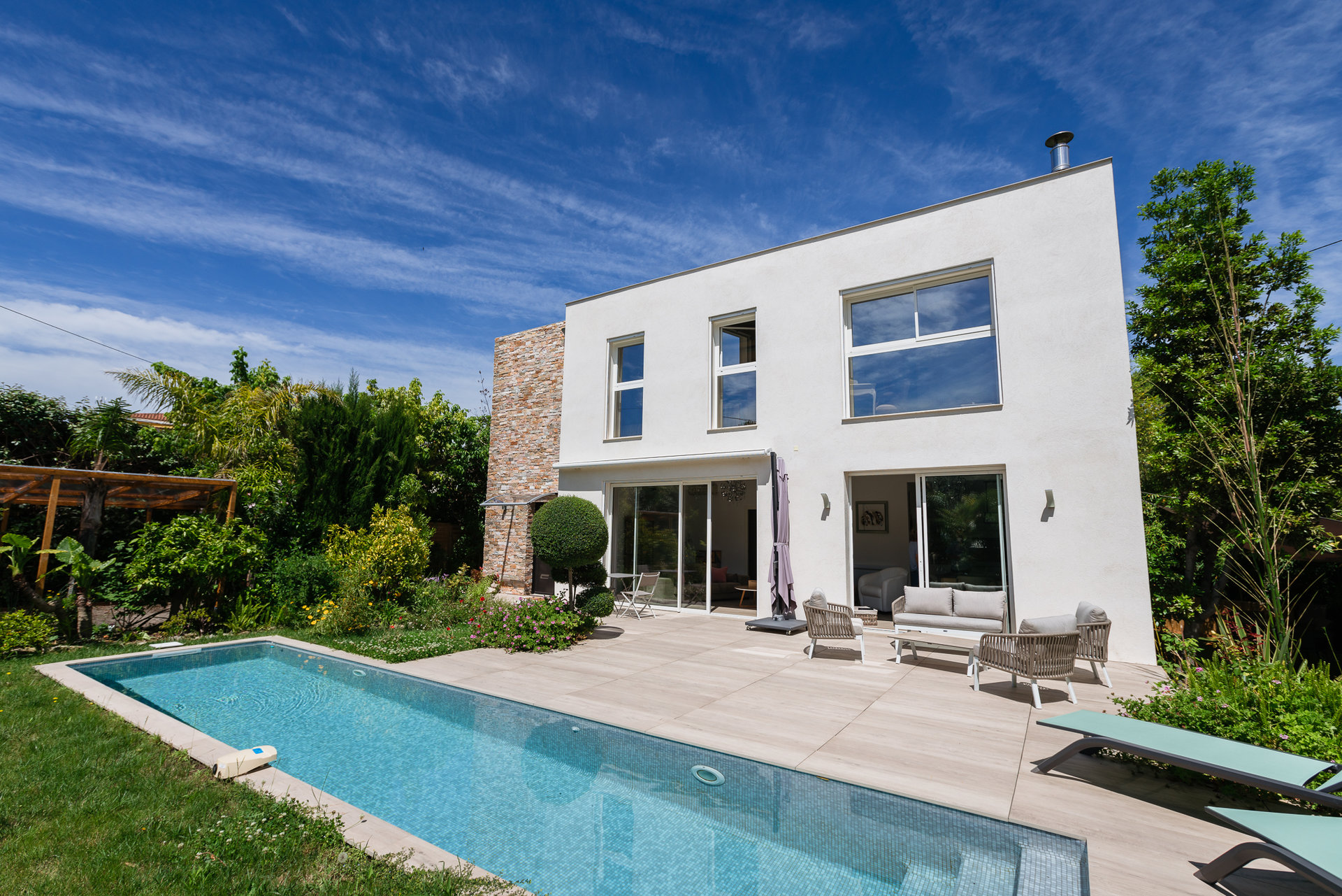 VILLA IN A QUIET AREA - WALKING DISTANCE TO THE BEACH