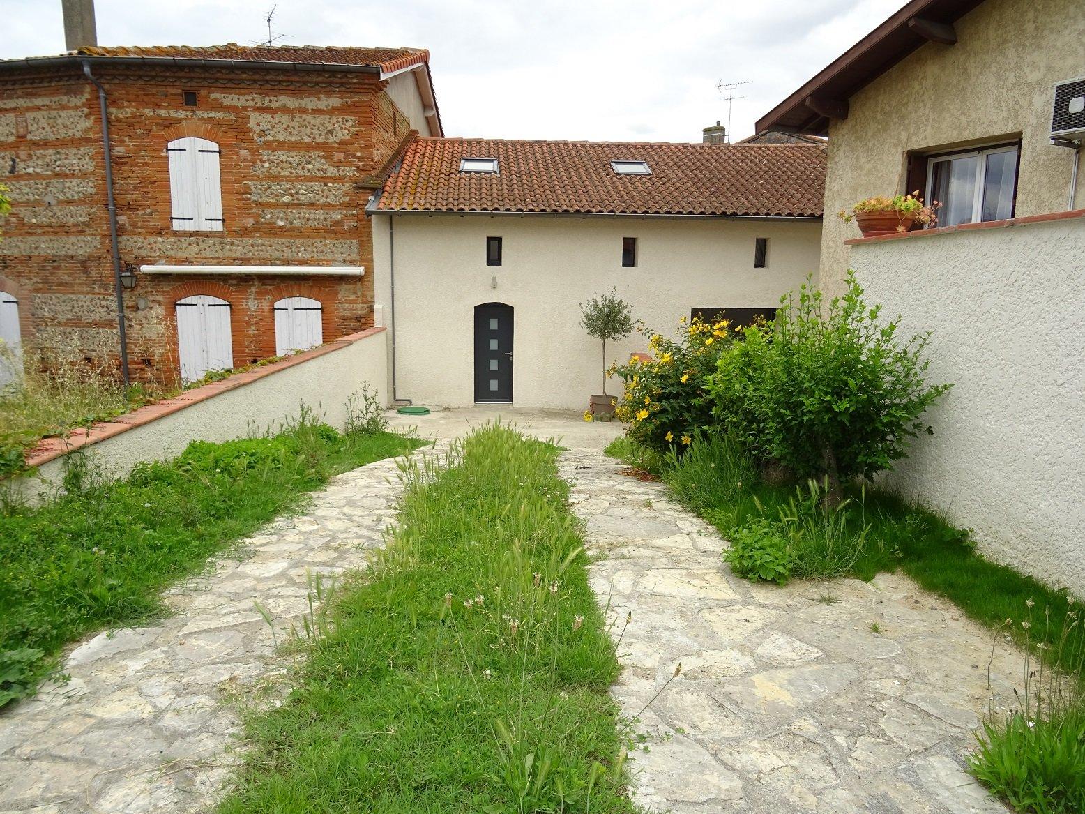 Auterive, maison de village avec parking et terrasse.