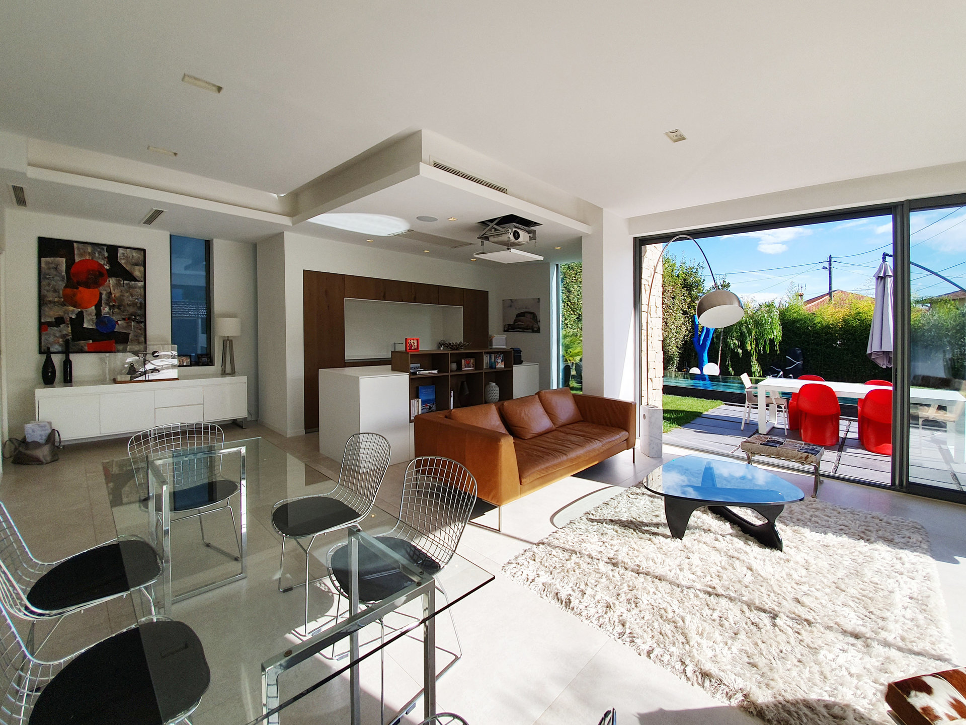 CONTEMPORARY - walking distance to the beach