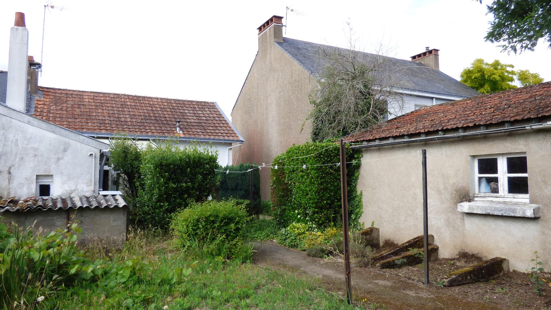 Plein bourg, maison ancienne à rénover!