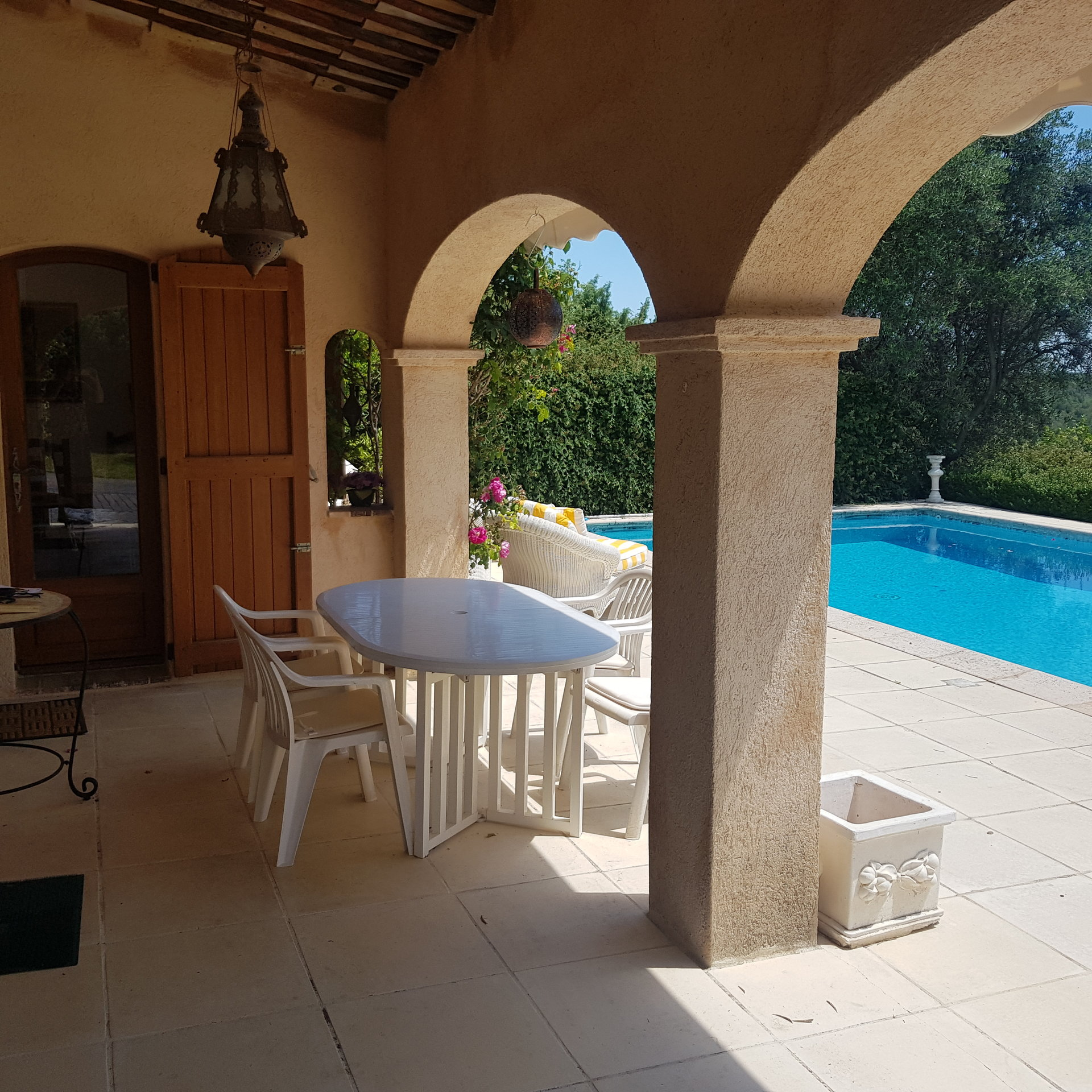 Villa 4 pièces, terrain 2420m² avec piscine et garage