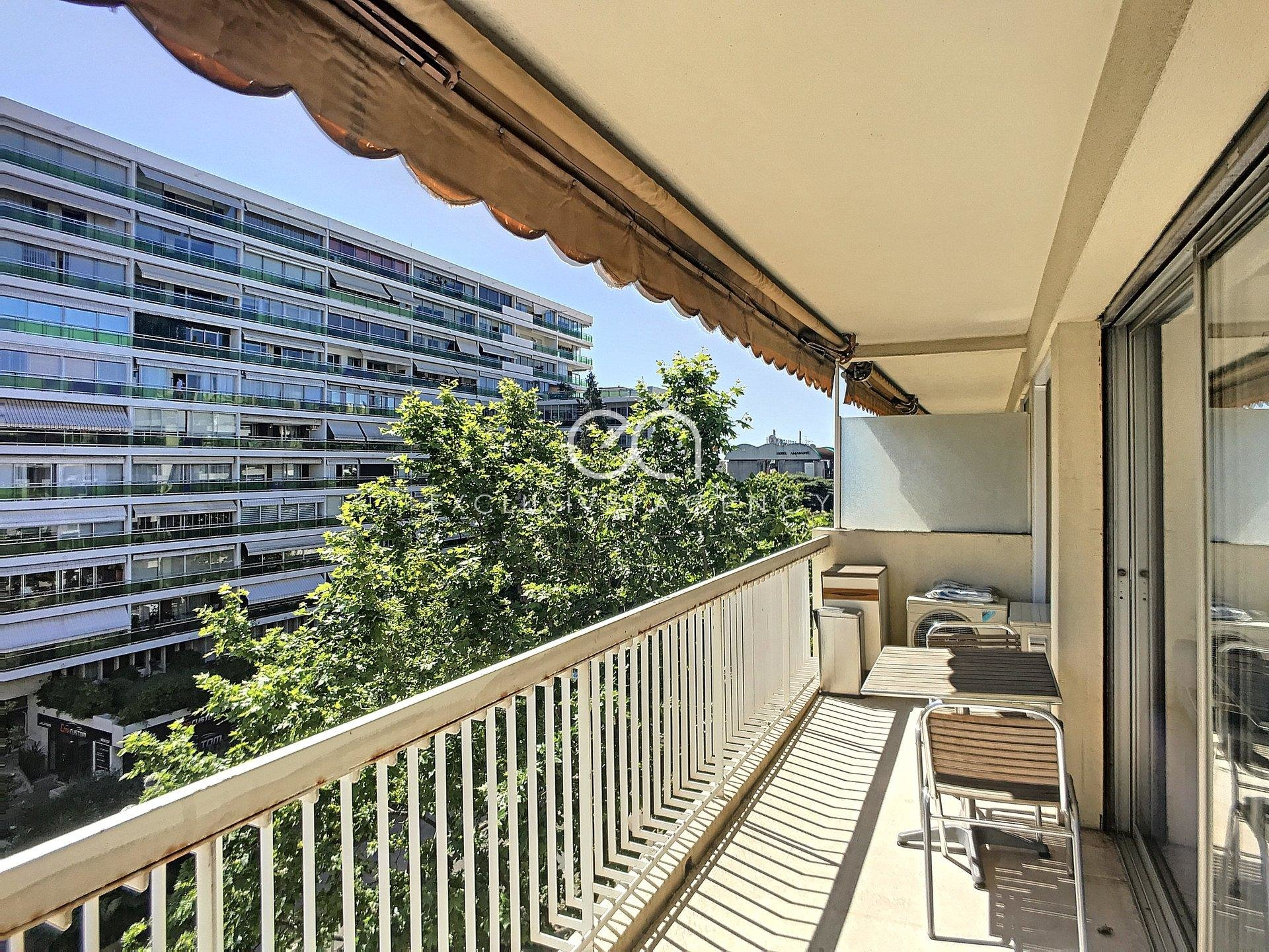 APPARTEMENT CANNES 82 m2, ETAGE ELEVE, TRAVERSANT