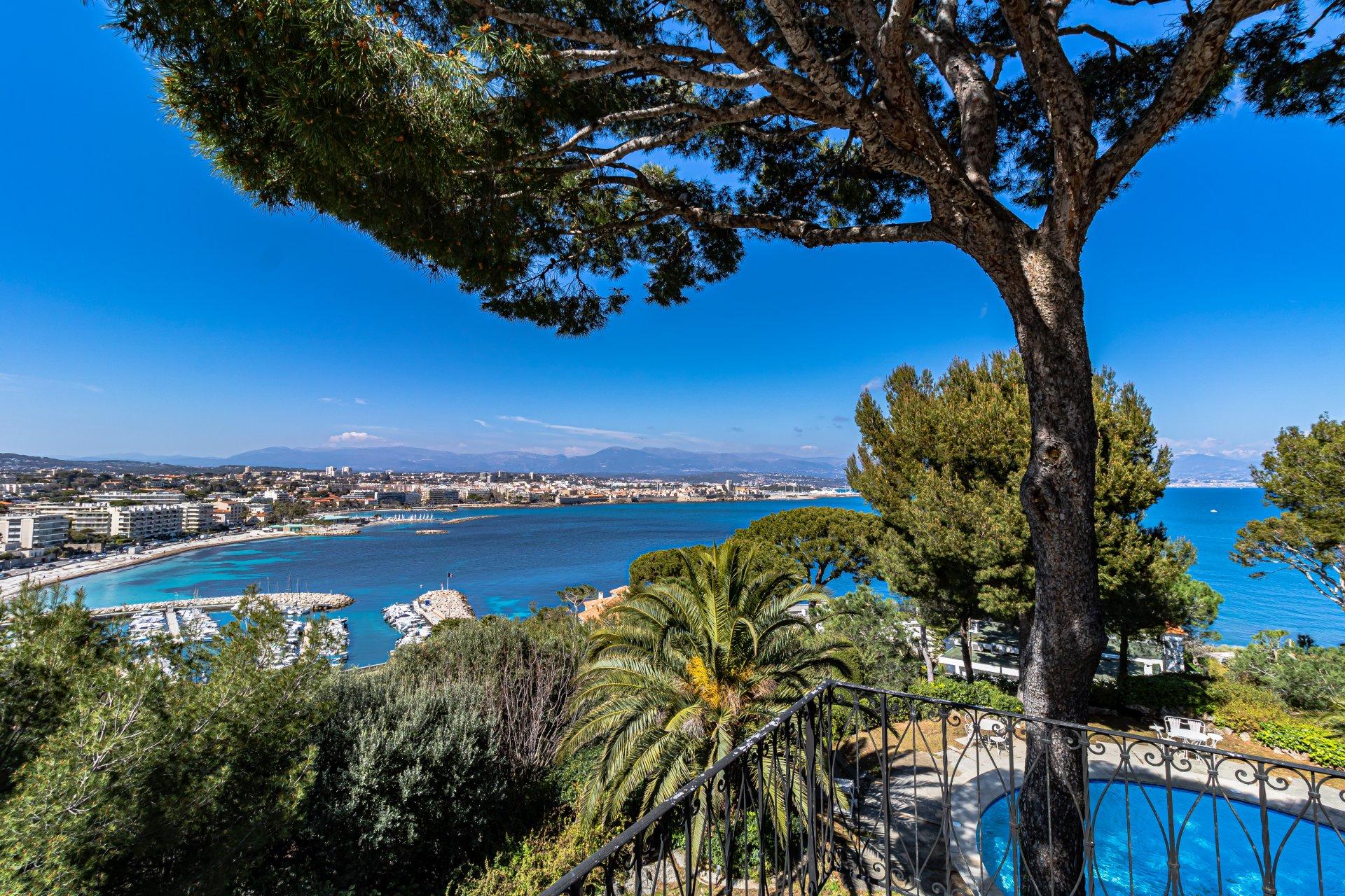 Cap d'Antibes, villa 319m² vue mer et vieille ville,  immense piscine