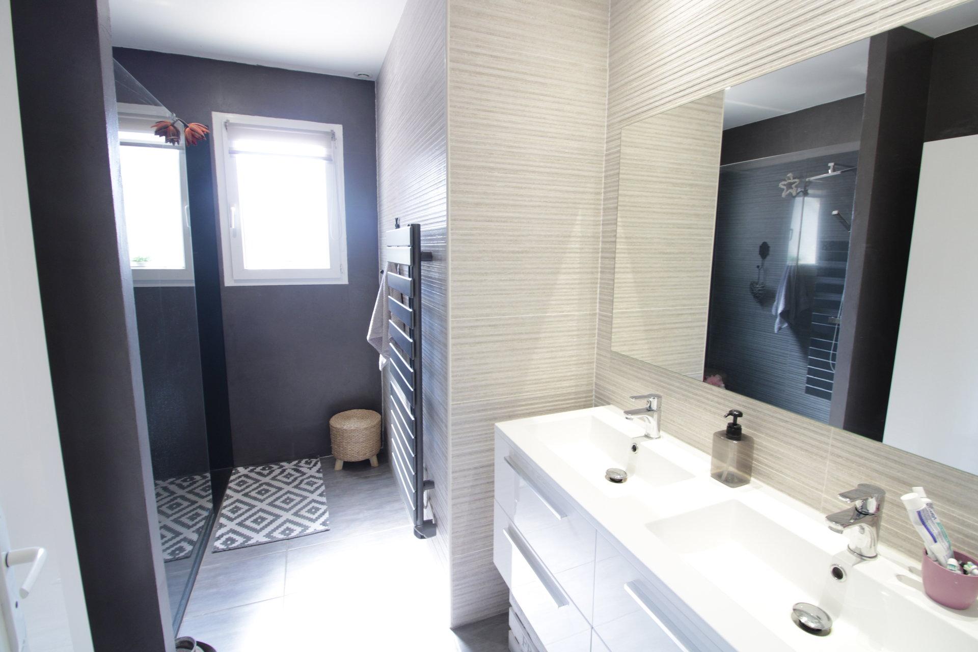 Maison T4 contemporaine de plain pied avec double garage