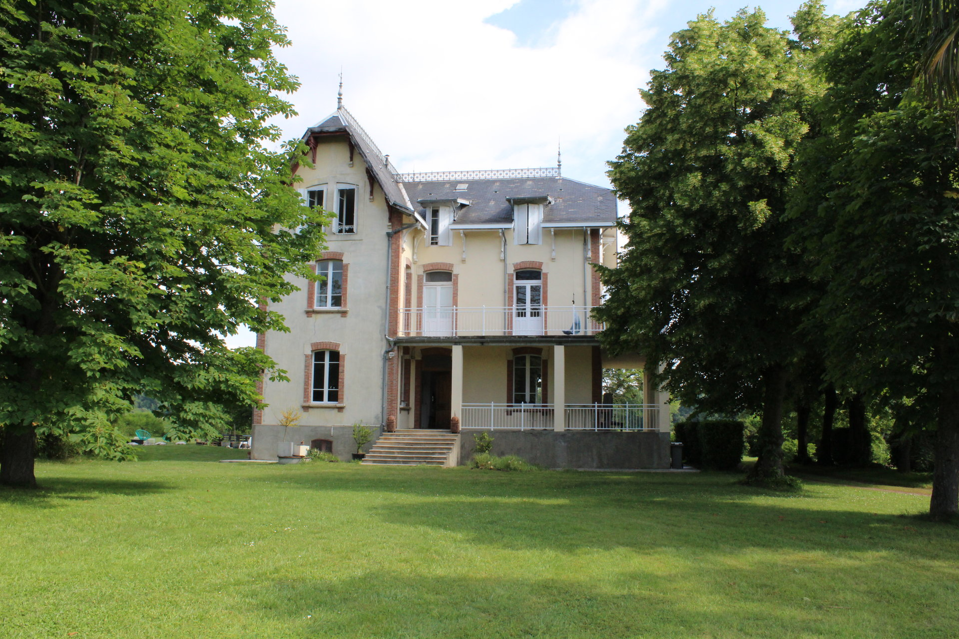 Magnificent 390m² property with swimming pool and outbuilding on a park of 9006m²