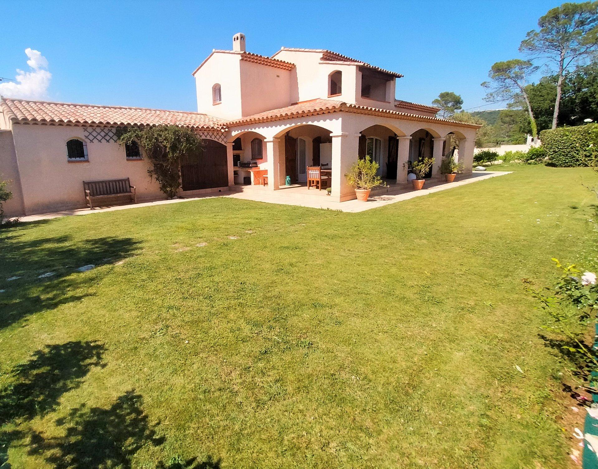 Villa familiale de 182 m² sur un jardin de 4 168 m²