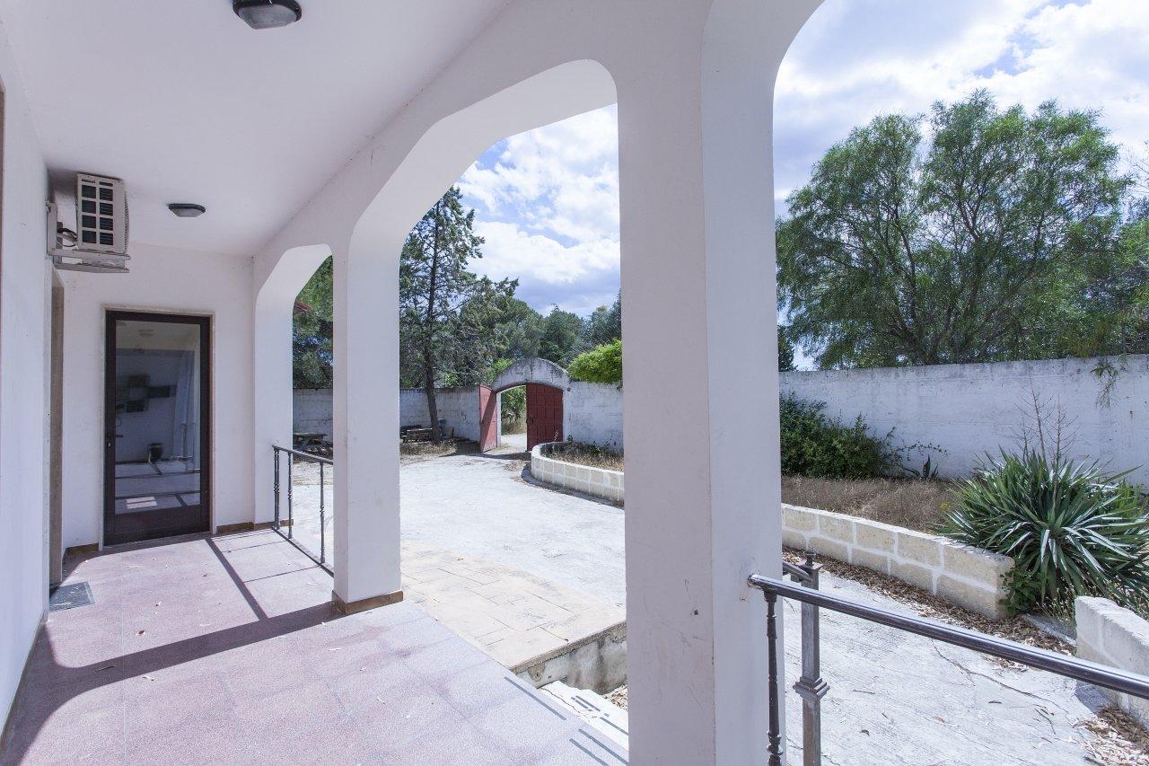 Villa su due livelli, 7+ camere, giardino e campi gioco