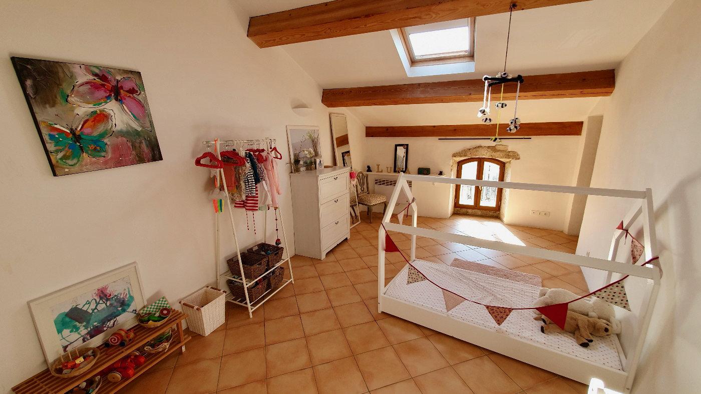 Maison de 4 à 6 chambres avec beaucoup de caractère et une fantastique cour au premier étage de 30 mètres et garage
