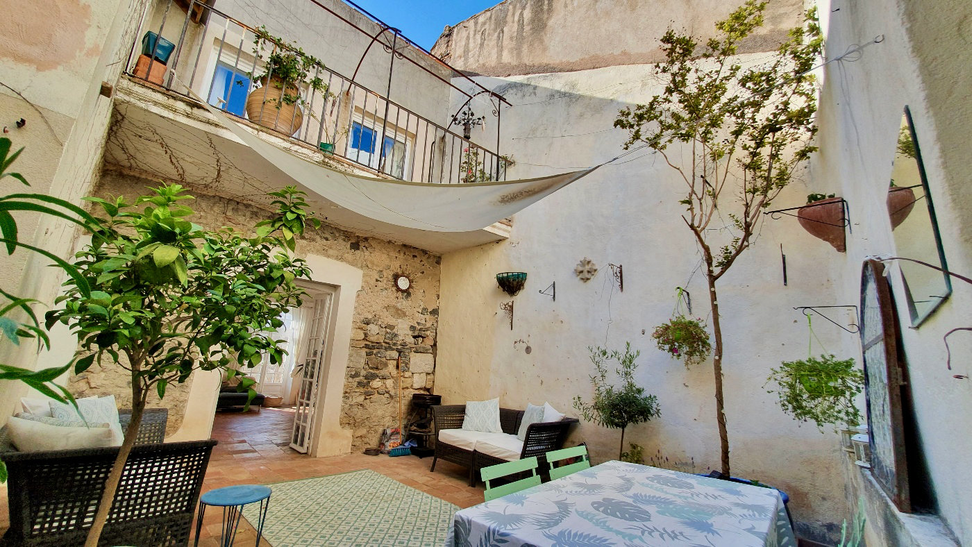 4-6 bed house with loads of character and a fantastic 30m first floor courtyard garden and garage