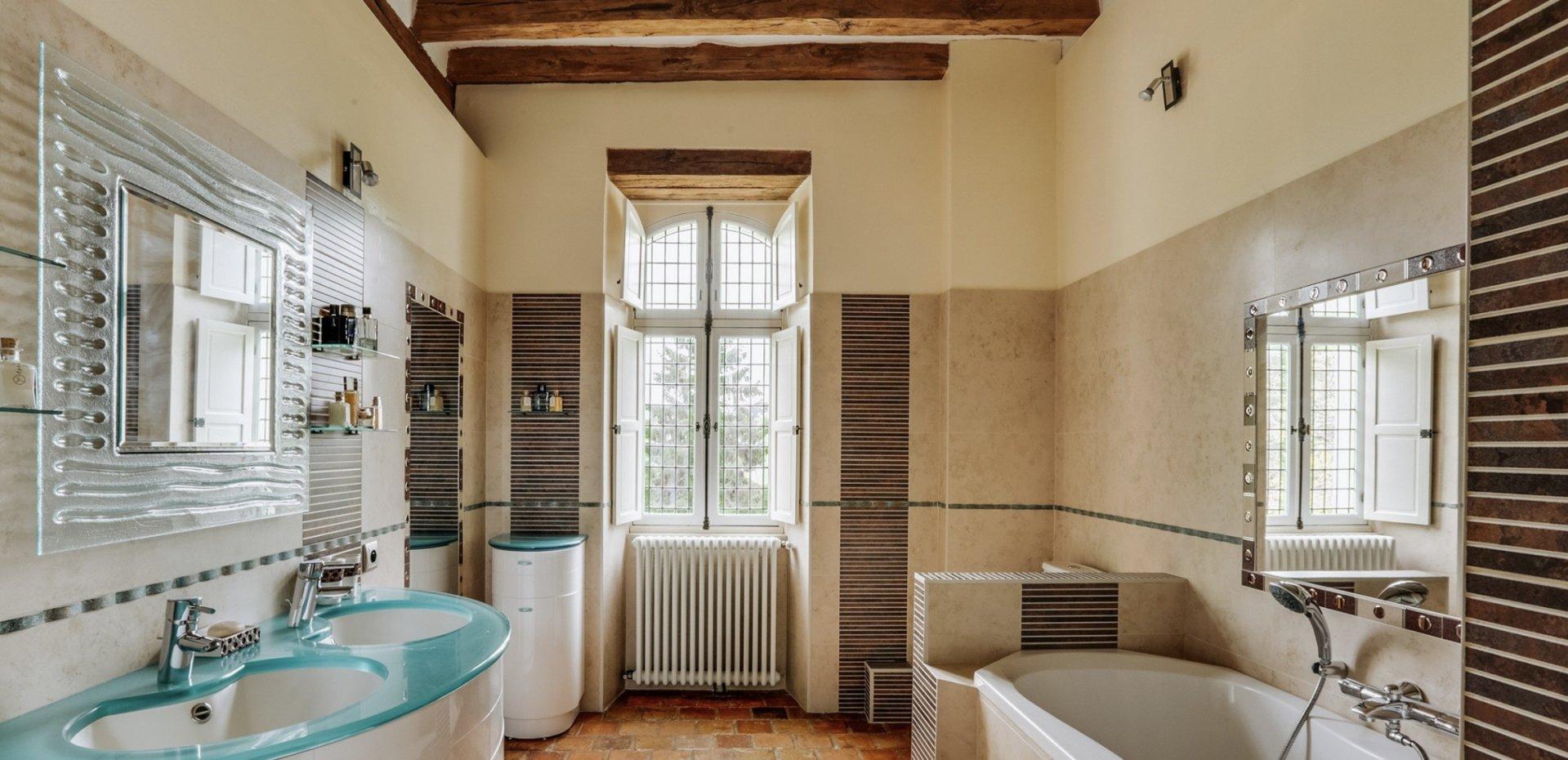 Manoir 330 m2 et dépendances de 120 m2 sur un parc de 1,82 ha avec piscine à 15 mn d'Angers