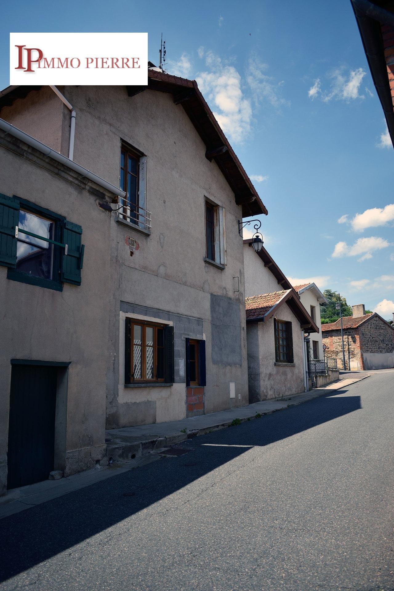 A 15 mn de Roanne, maison de village à rénover.