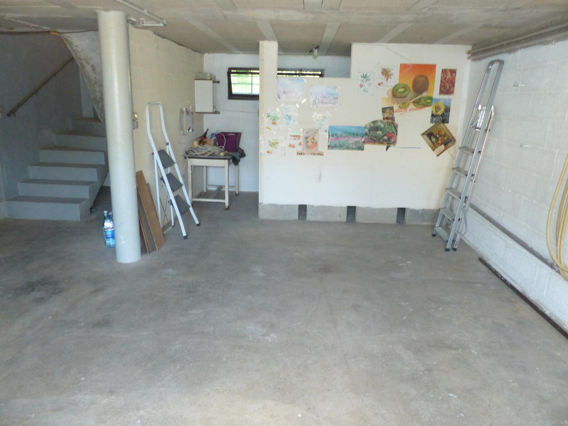 Crèche, écoles et commerces sur place, sous sol total 3 chambres