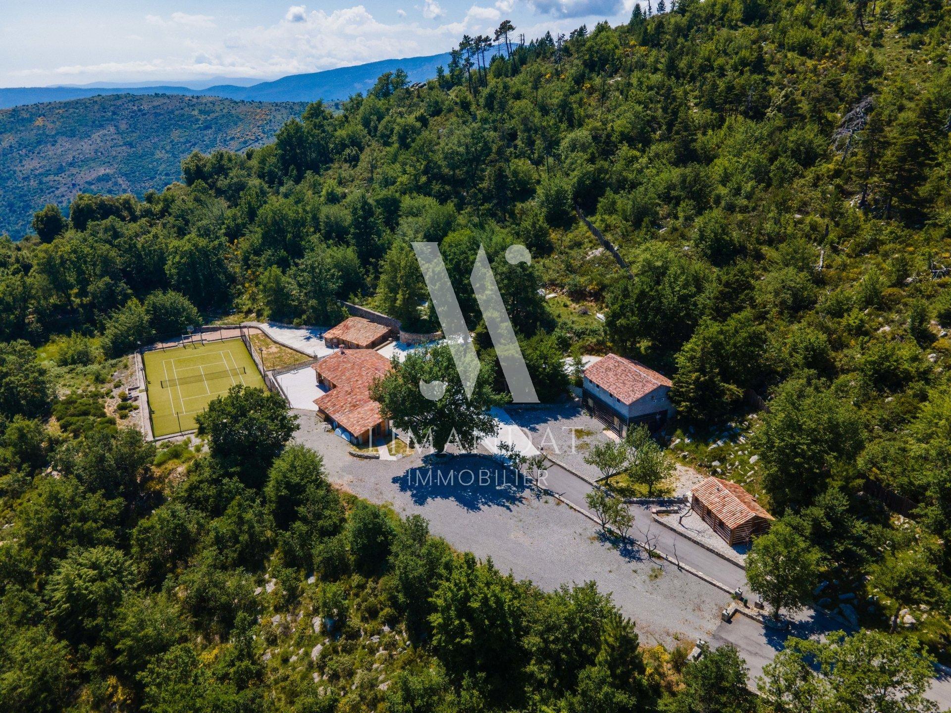 LUCERAM - proche Nice et Sospel - Domaine privé 6 hectares bâtisse et 5 chalets - dépose hélicoptère