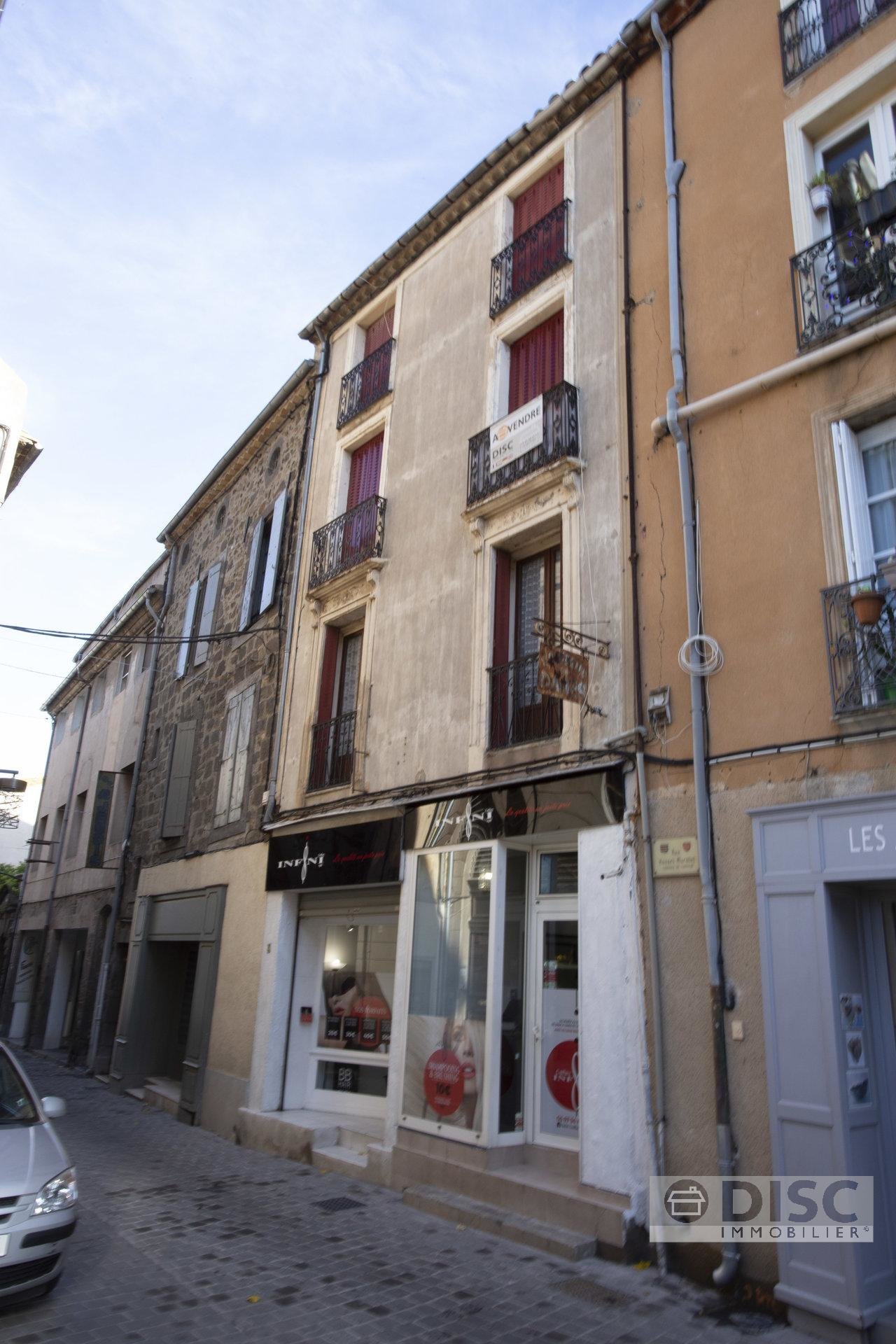 Nice apartment in the old center of Agde with view on the river and square