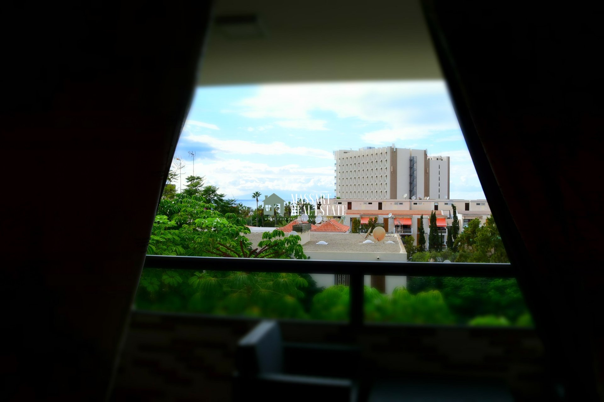 Te koop in het centrum van Las Américas, op een lage verdieping van het wooncomplex Jacaranda, een appartement van 70 m2 dat wordt gekenmerkt door zijn bijzondere stijl.