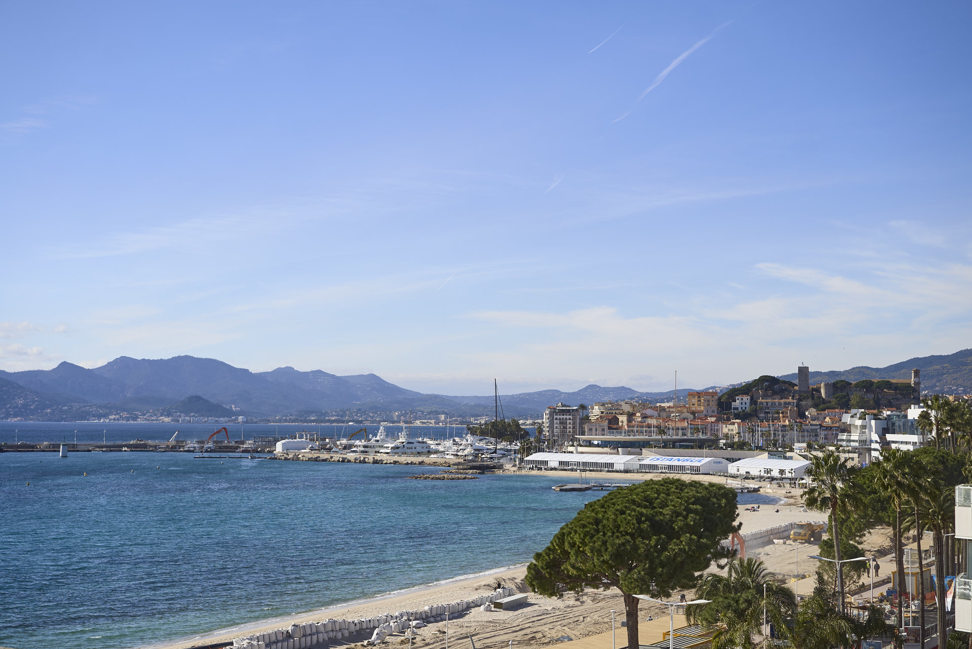 Cannes, Croisette with sea view, superb 3 room apartment of 95 m² in secure pretige residence.