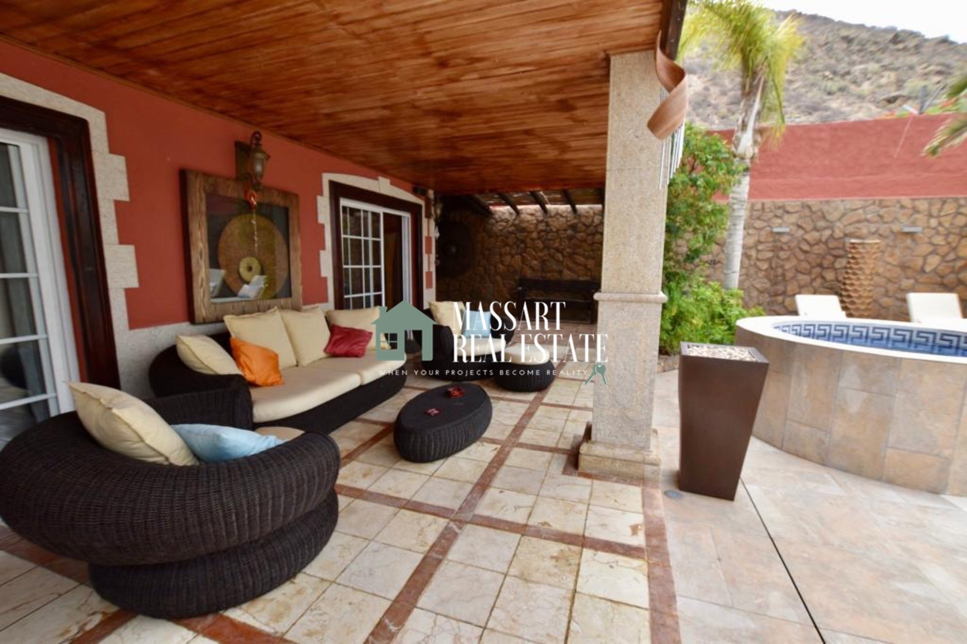 A Magnificent and luxurious independent villa of 420 m2 distributed over two floors and located in the central area of Los Cristianos.