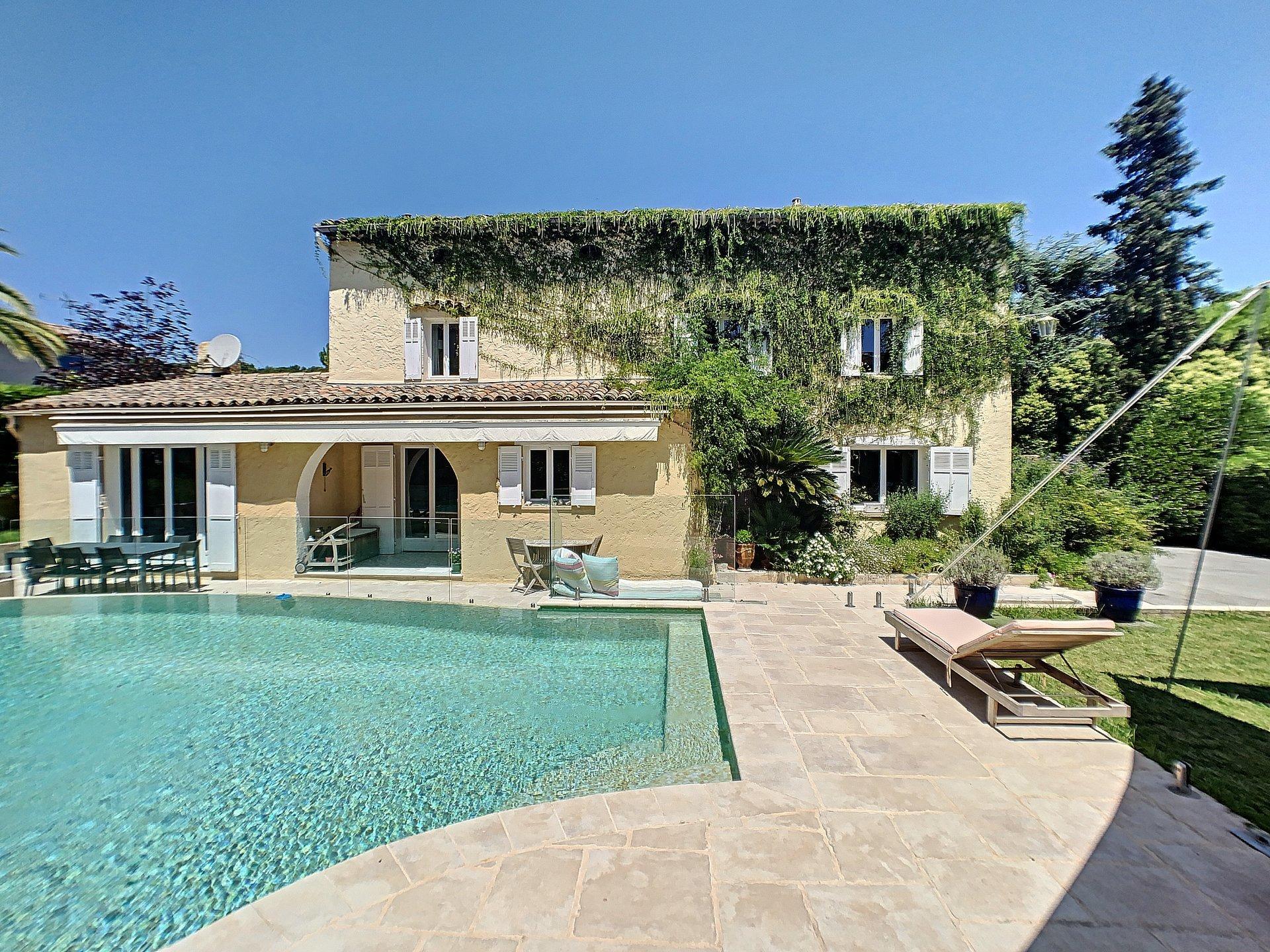Mougins - Villa proche des commerces avec piscine