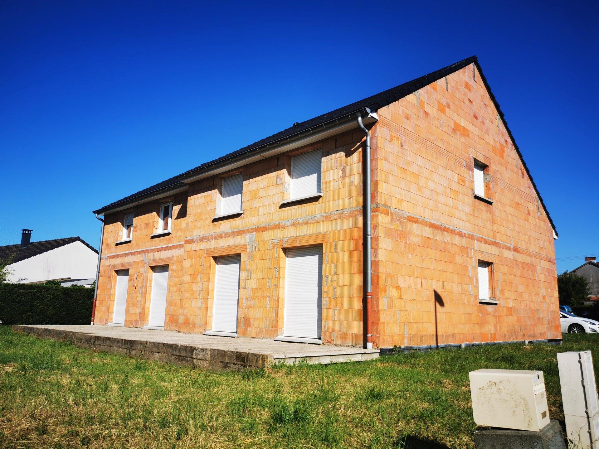 maison en construction dans lotissement
