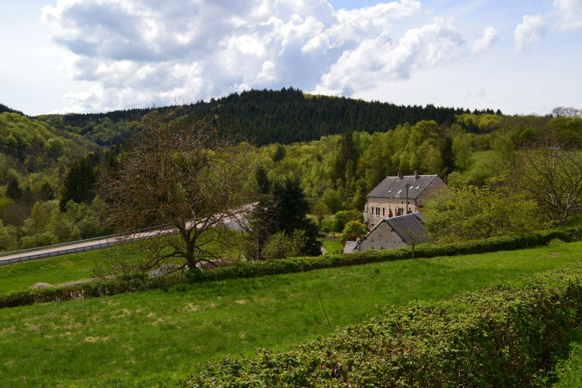 Former restaurant with B & B in a convenient location in the Morvan