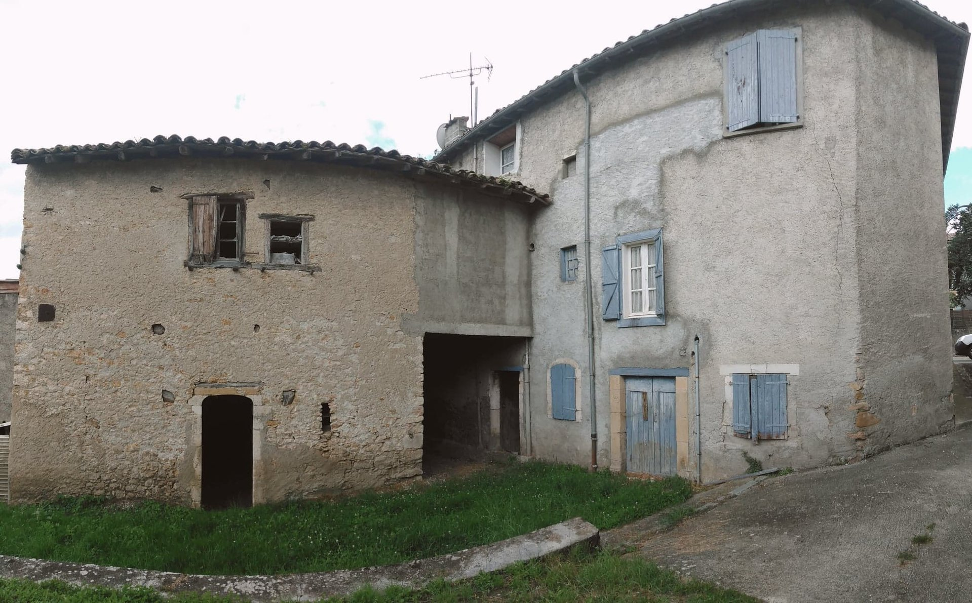 A 176m² Town House in Mancioux Ready for an Update