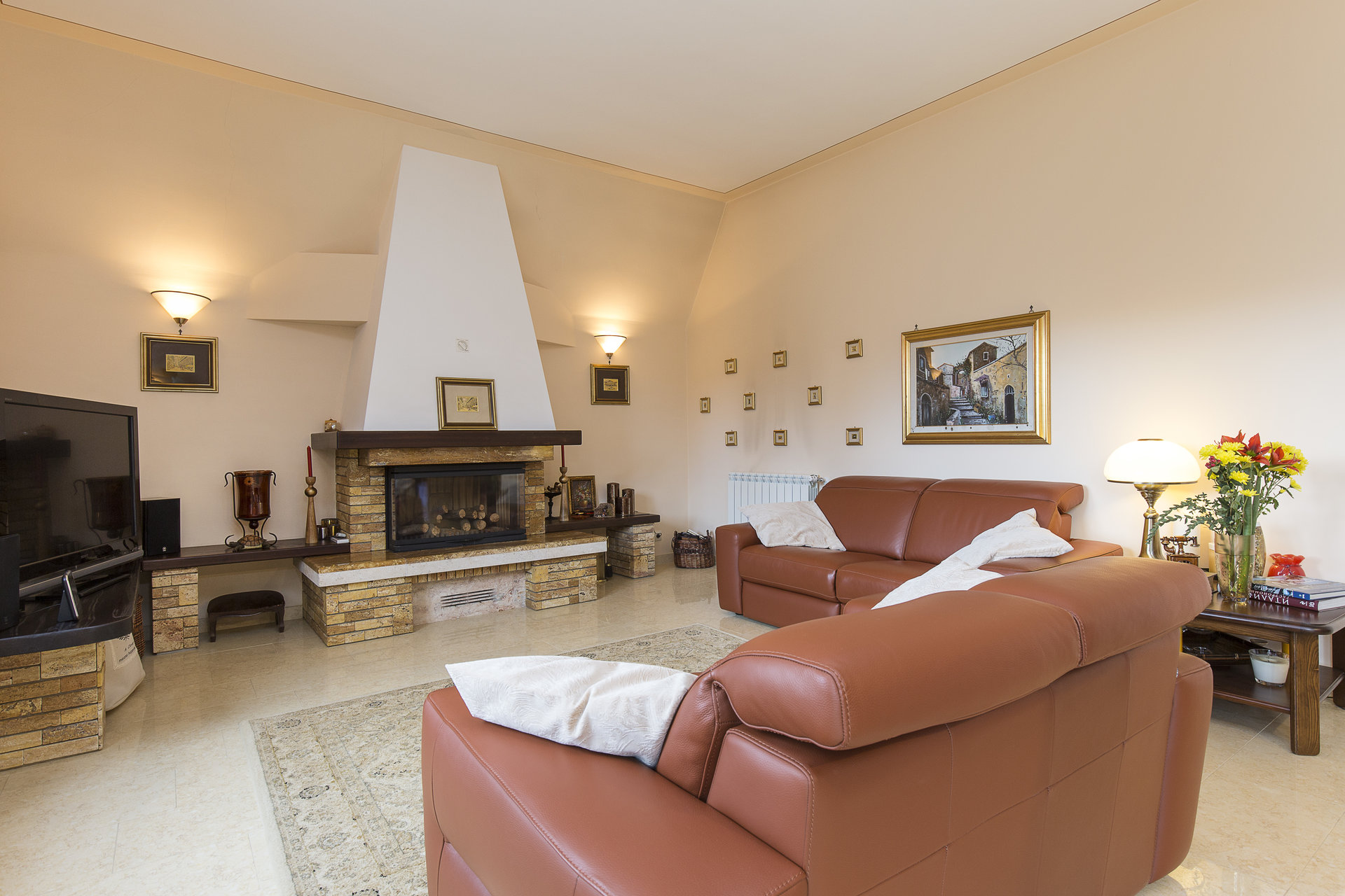 Villa for sale in Stresa with park and view on Borromean islands - living room with fireplace
