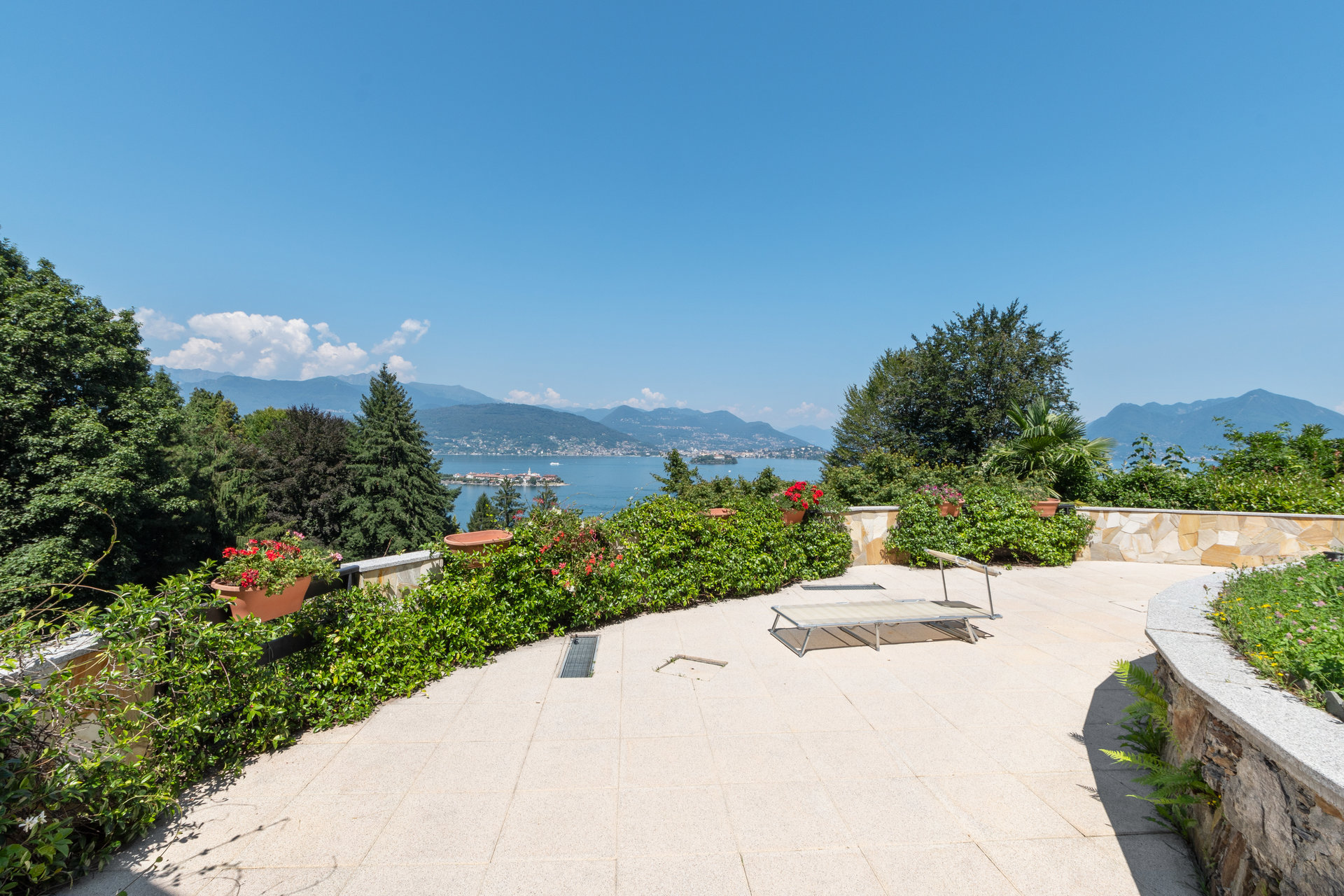 Villa for sale in Stresa with park and view on Borromean islands - external area