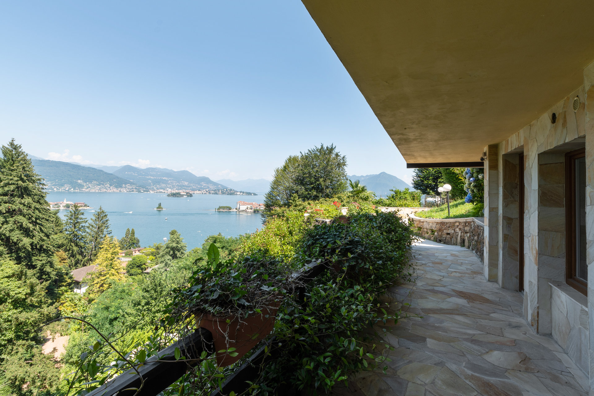 Villa zu verkaufen in Stresa  mit Park und Blick auf den Borromäischen Golf