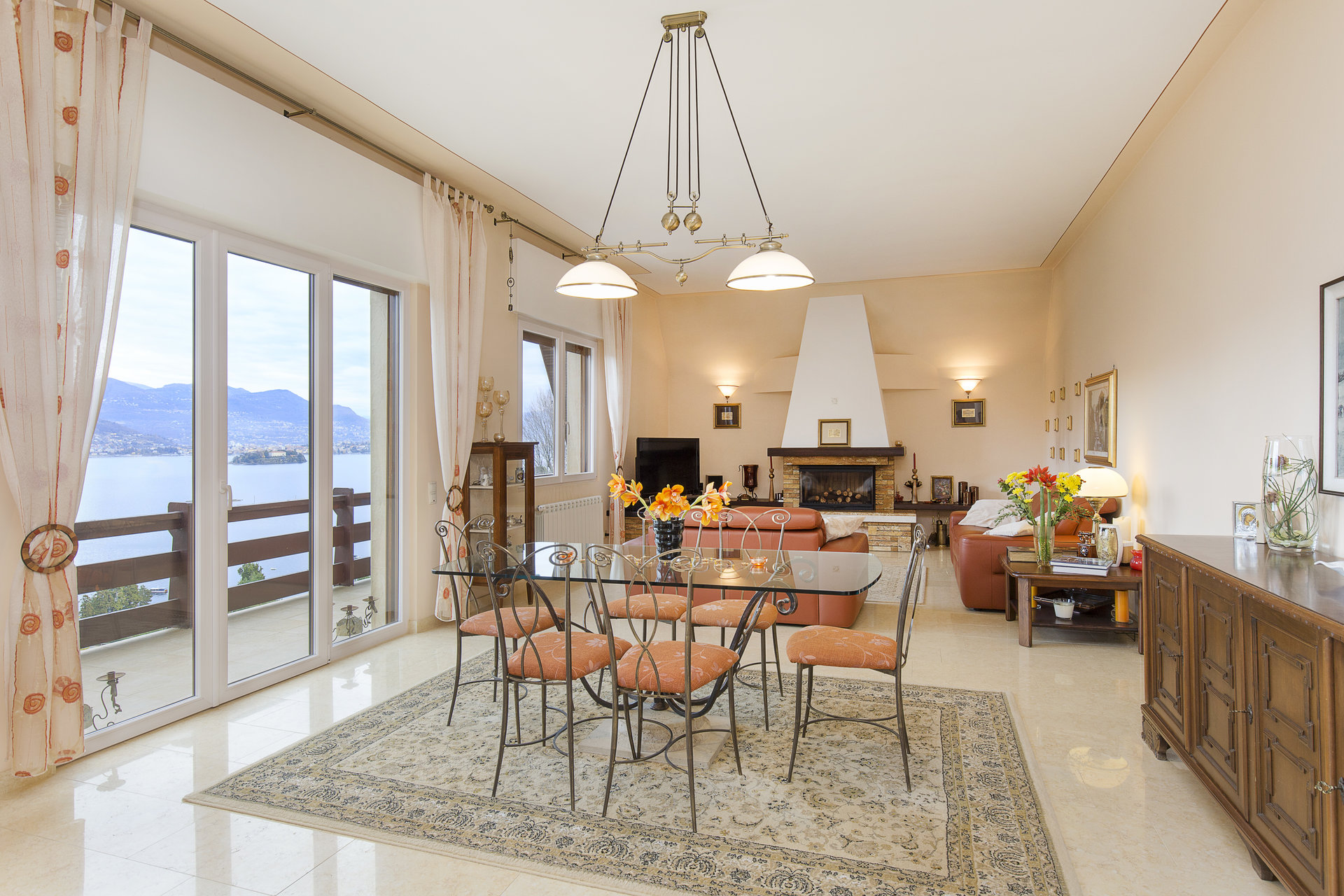 Villa for sale in Stresa with park and view on Borromean islands - dining room