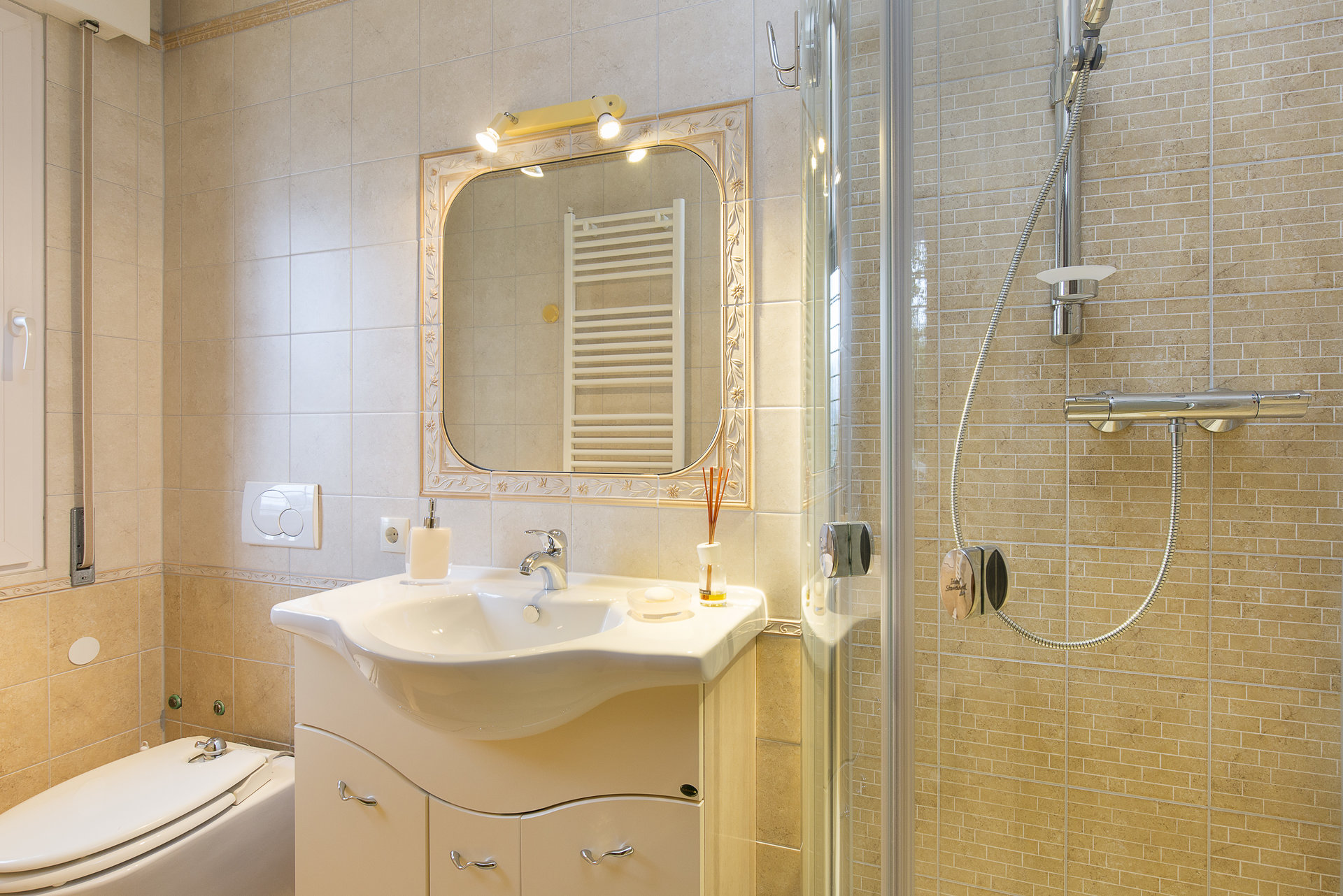 Villa for sale in Stresa with park and view on Borromean islands - bathroom with shower