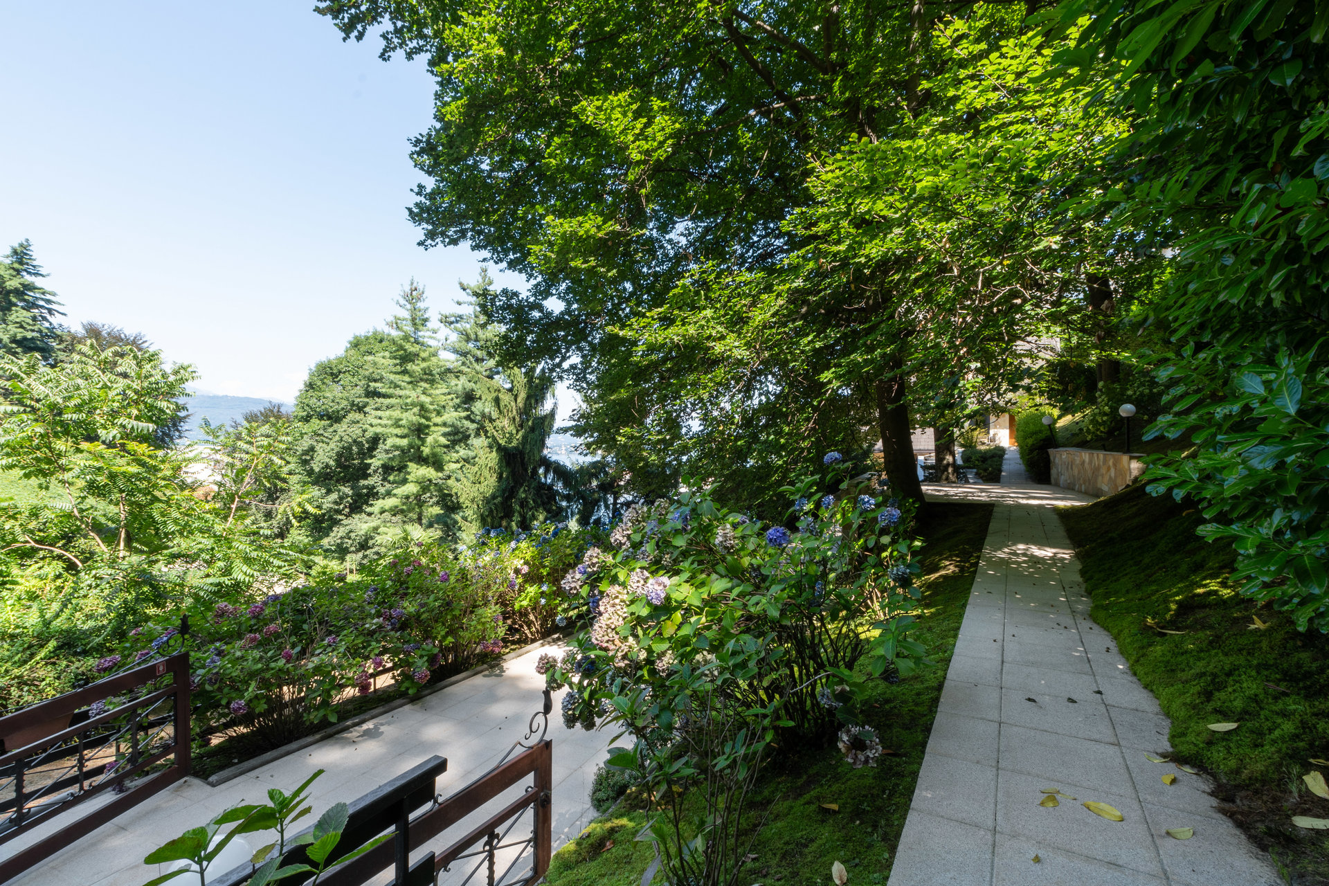 Villa for sale in Stresa with park and view on Borromean islands - flowers