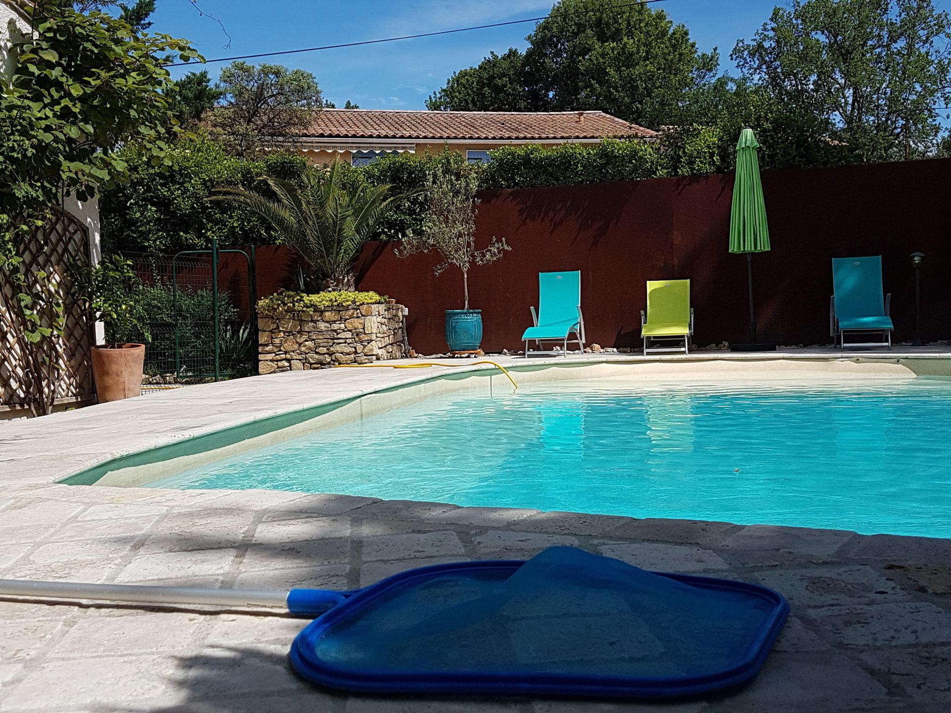 LORGUES, jolie villa  + appart 2 chs + 1 ch indépendante avec piscine