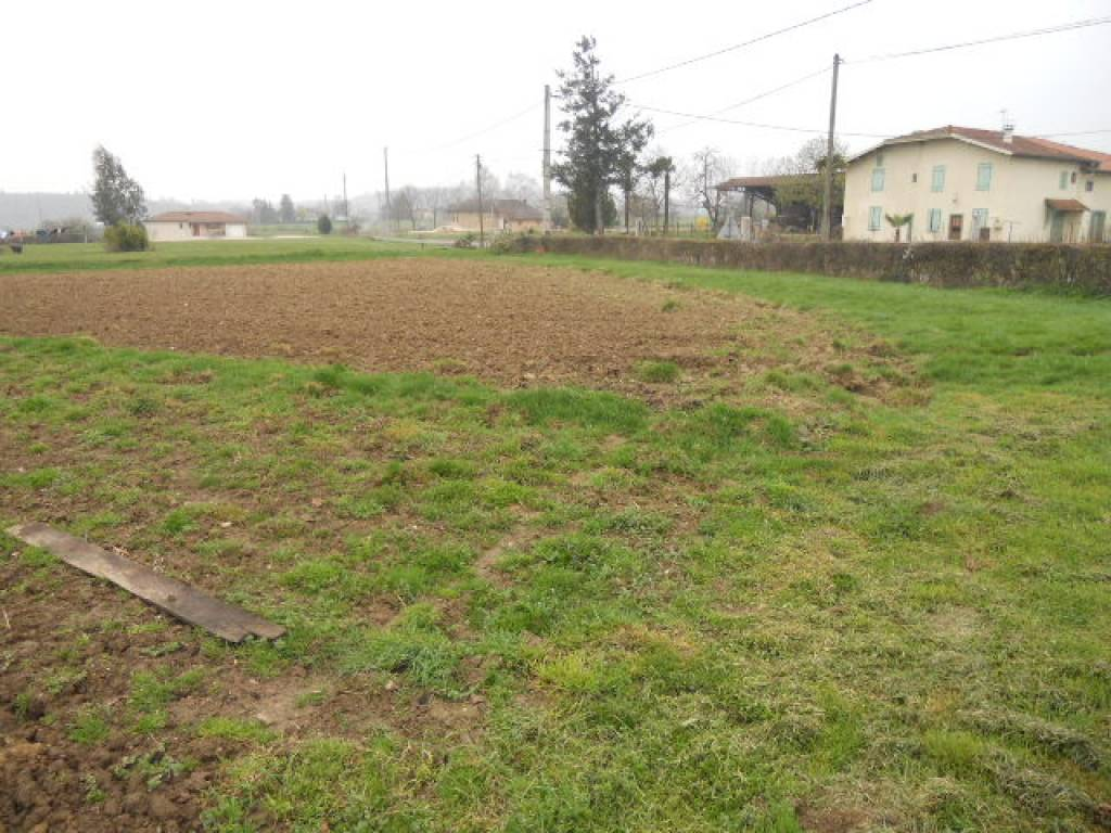 Near Boulogne sur Gesse, flat land to build + 3 hectares of agricultural land