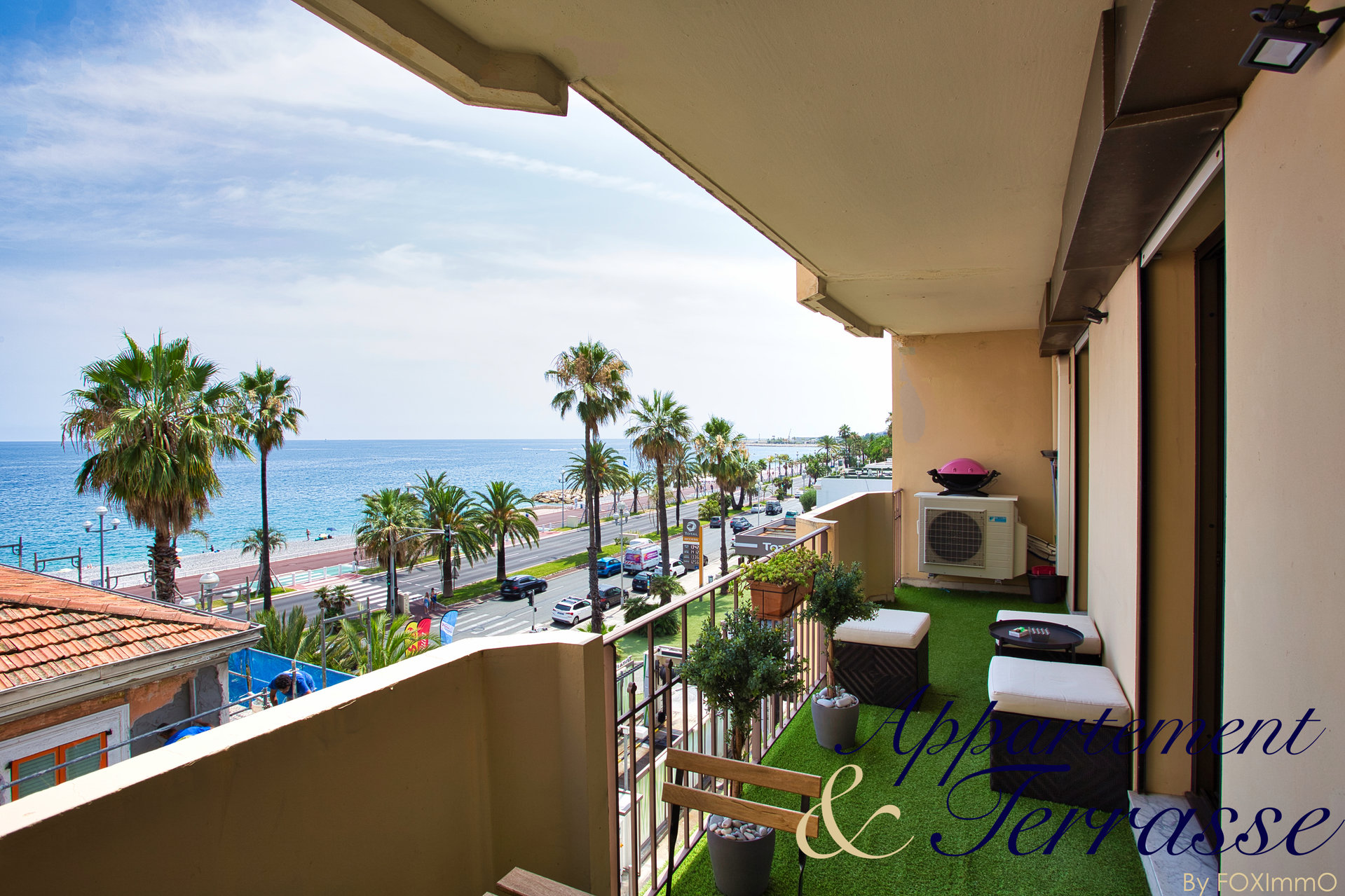 on the Promenade des Anglais, slightly offset to benefit from less nuisance, this magnificent 3 room apartment completely redone