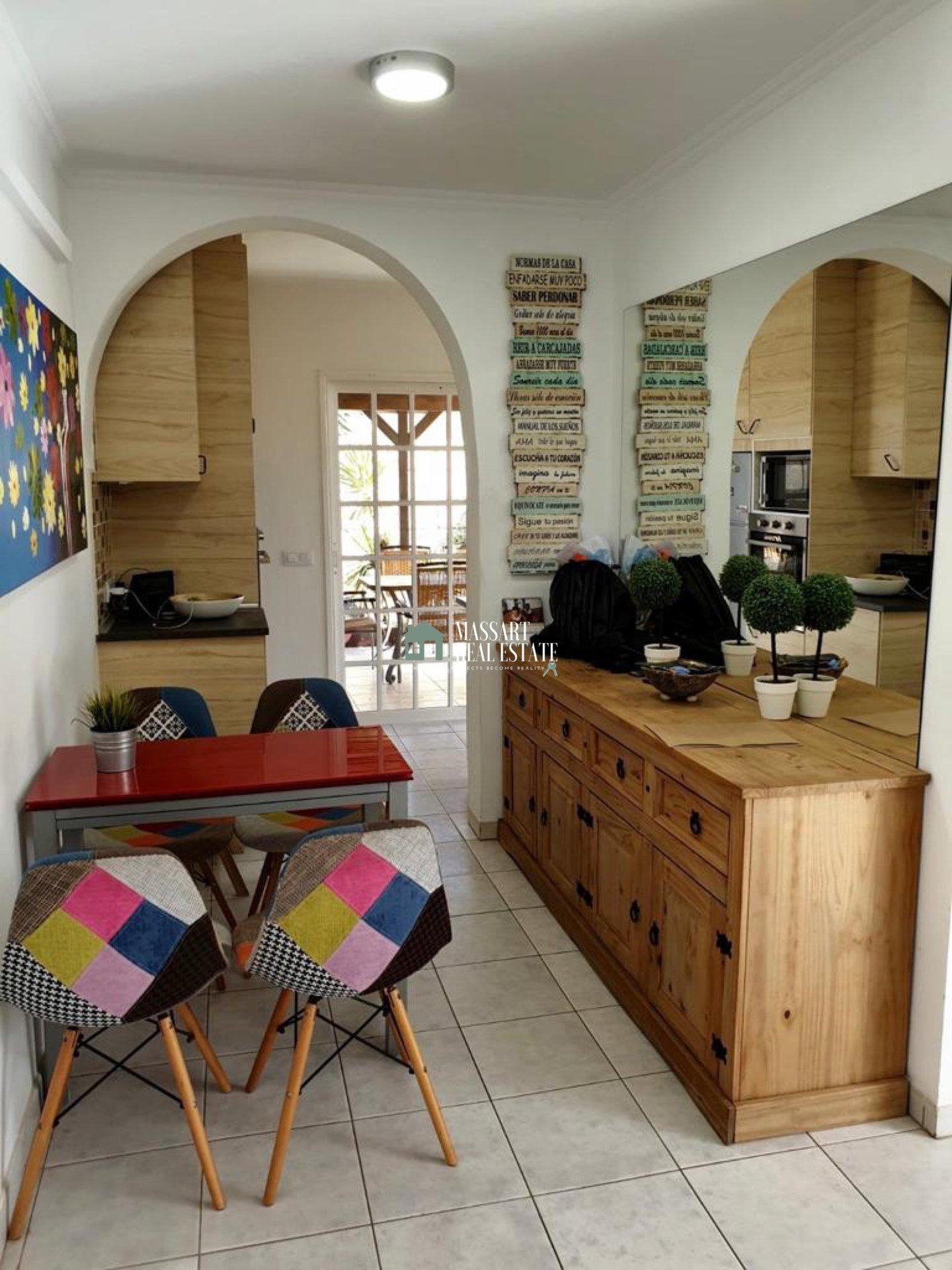 Magnifica casa a schiera di 125 m2 distribuita su tre piani e situata a Los Abrigos.