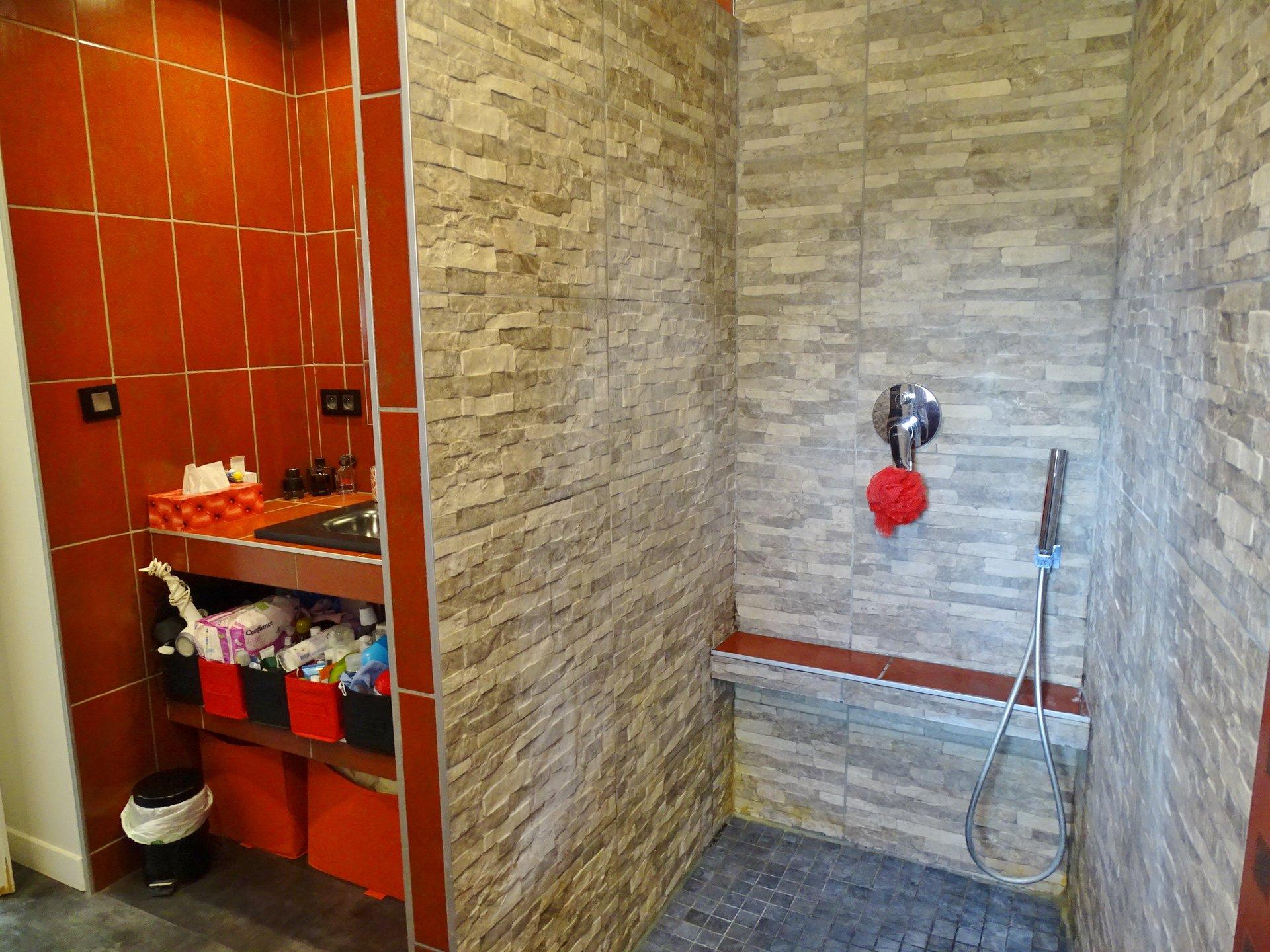 SOUS COMPROMIS DE VENTE. Situé à Azé, cette charmante maison de 75,5 m² offre un séjour avec de beaux murs en pierre et une cuisine équipée récente en très bon état. L'espace nuit offre une chambre avec un beau dressing puis une deuxième chambre, une salle de douche refaite à neuf ainsi que des toilettes indépendants. Un garage motorisé et une cave de 12 m² complètent ce bien. Chauffage au gaz. Double vitrage. Bien soumis au régime de la copropriété mais sans aucune charge.