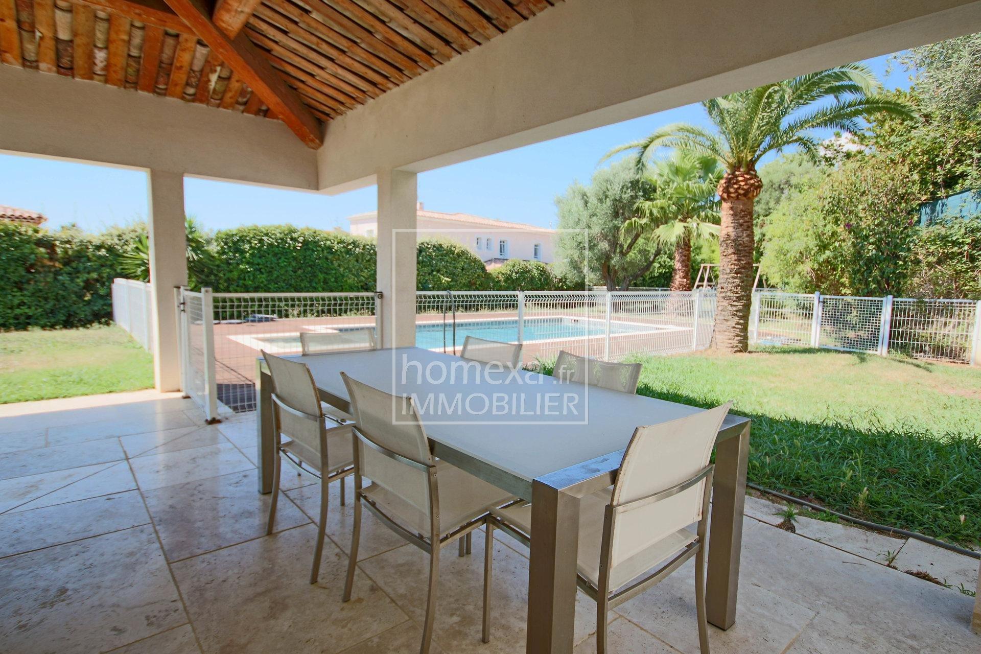 Vente villa Antibes Juan-les-Pins : Vue terrasse couverte face piscine