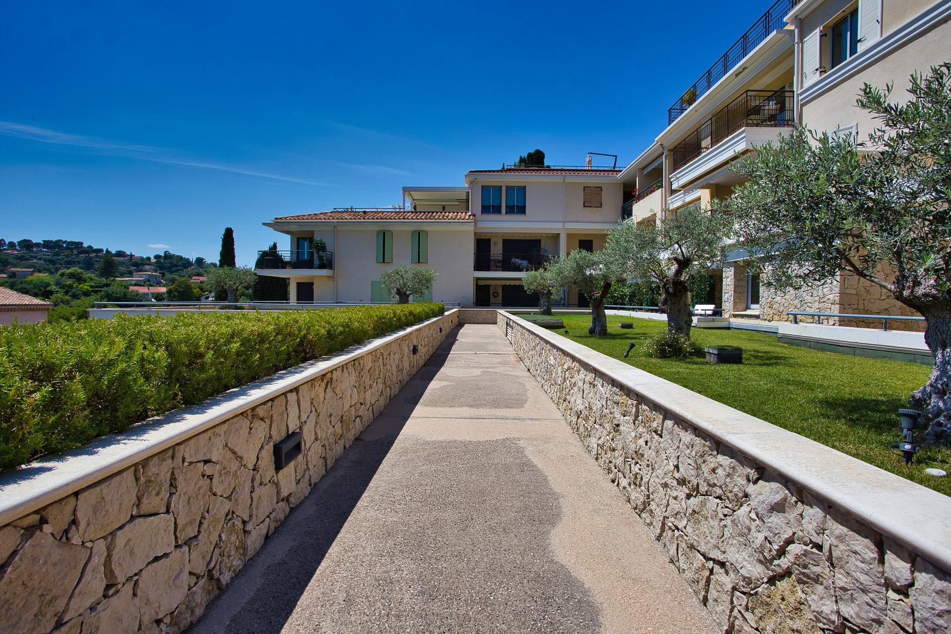 2 bedroom flat near Sophia, Beaches, Golf, Biot Village