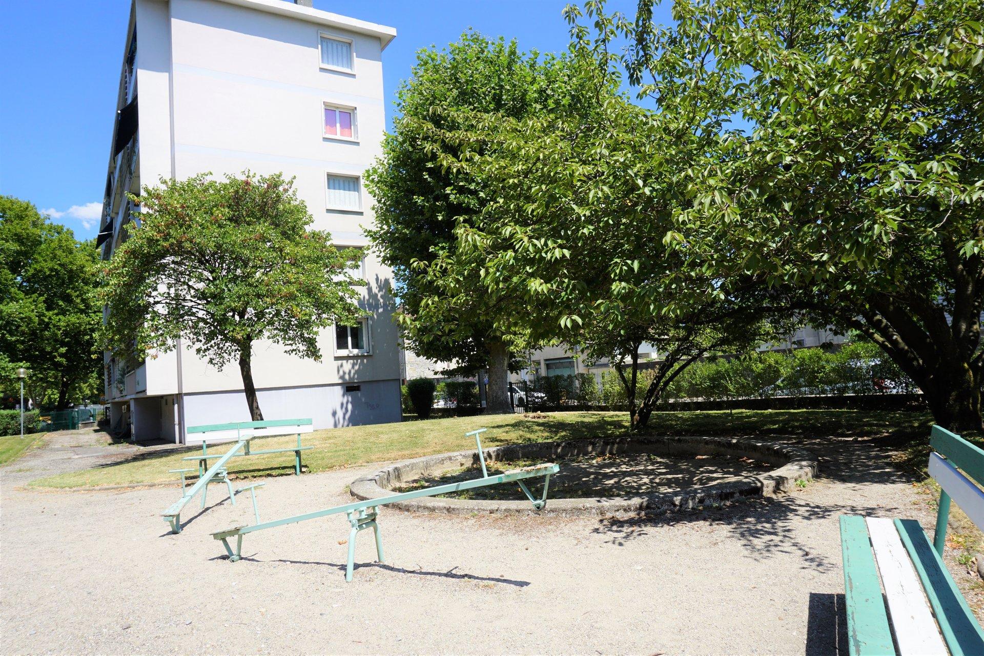 Jardin d'enfants dans la copropriété fermée et sécurisée