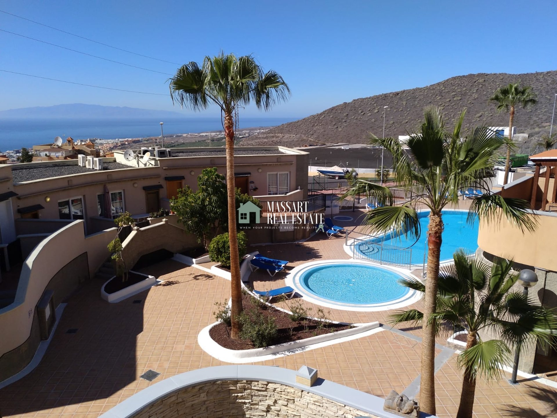 Wonderful semi-detached house of 150 m2 for rent in Torviscas Alto (Adeje) characterized by offering privileged views of the sea and the island of La Gomera.