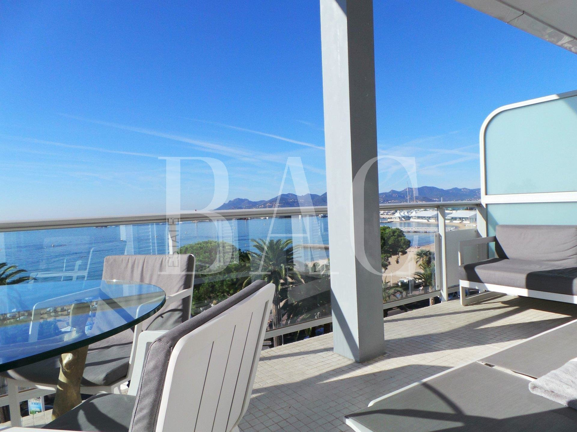 Cannes, apartment located on the Croisette