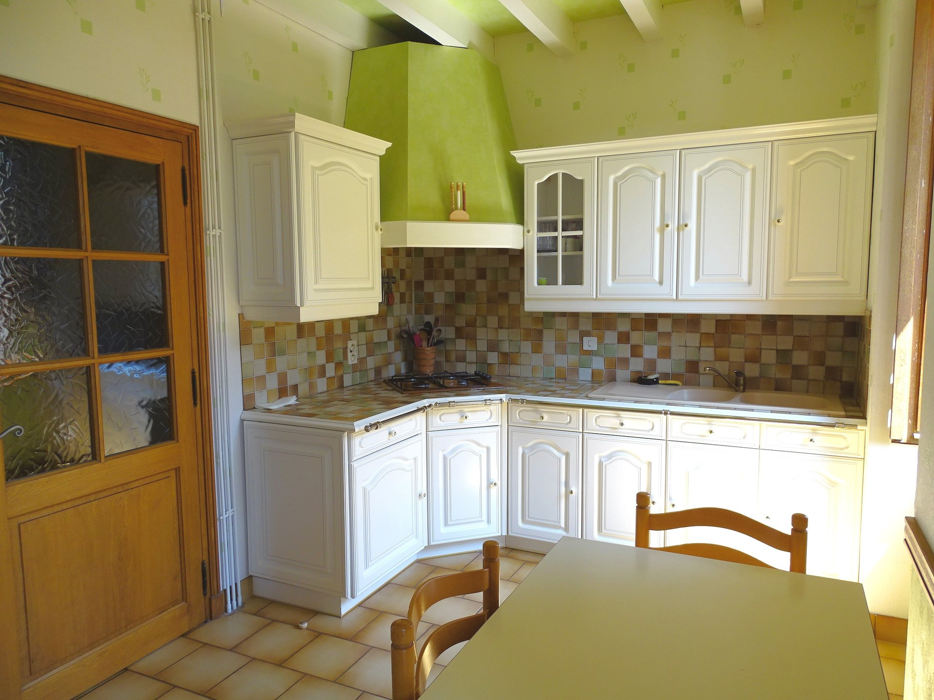 Dans un cadre bucolique, à 20 min de Mâcon, belle maison Mâconnaise en pierre de caractère d?environ 170 m2 habitable. Située dans les hauteurs dans le bourg du village, exposée sud-ouest, vous profitez d?une vue imprenable sur la forêt vallonnée des monts du haut Mâconnais.   Elle se compose d?un salon avec cheminée et plafond à la Française, d?une cuisine indépendante avec garde-manger attenant, d?une salle à manger aussi avec sa cheminée et d?une salle d?eau avec douche et toilette.  Le premier étage se compose de 5 grandes chambres, une salle de bain avec baignoire et wc séparé.   Un jardin clôt et arboré où vous pourrez profitez de sa terrasse à la vue magnifique et reposante.  Prestations supplémentaires : abris pour voiture, atelier, cave.Commerces et services à 2 km, autoroute A6 à 15 km.  Très belle opportunité ! À visiter sans tarder !  Honoraires à la charge du vendeur.