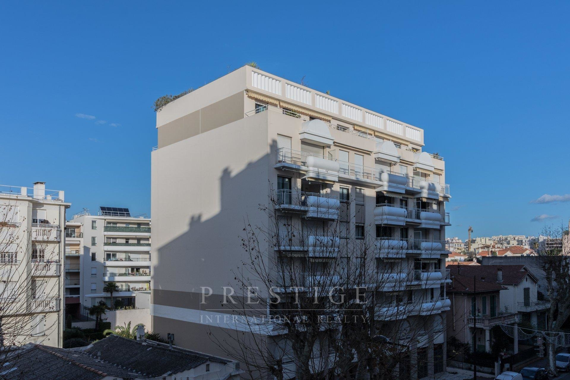2-bedrooms apartment in Juan-les-Pins with pool and roof terrace